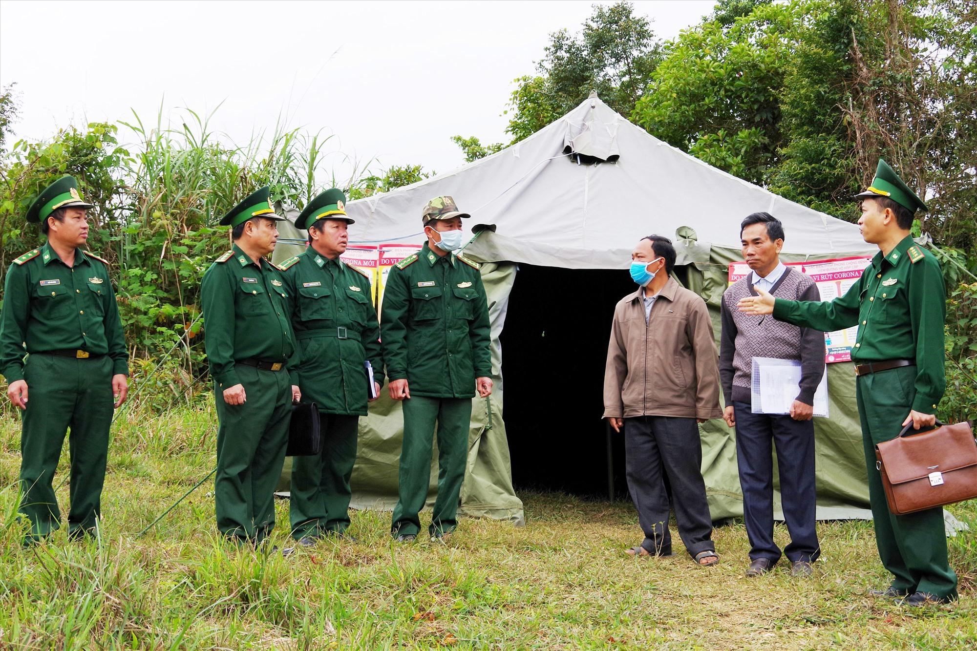 Thượng tá Trần Tiến Hiền (Thứ nhất, bên phải) cùng đoàn công tác kiểm tra công tác kiểm soát dịch tại khu vực Cửa khẩu phụ Tây Giang