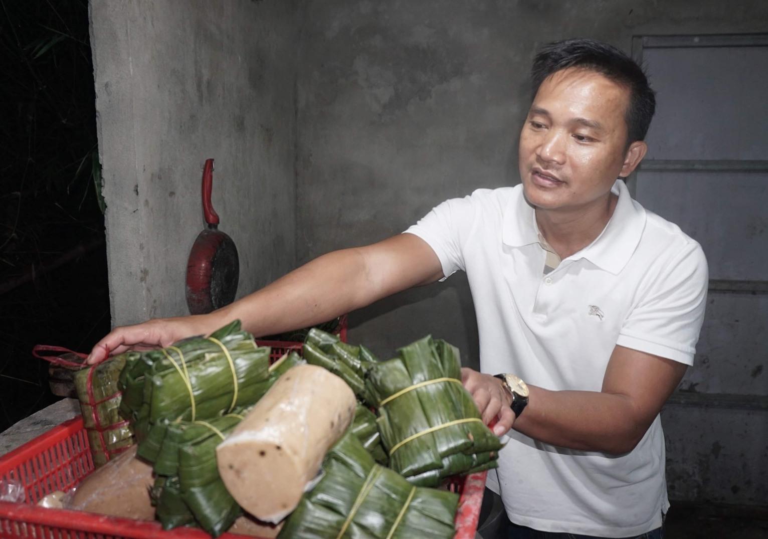 Anh Đặng Văn Tuấn vớt chả từ nồi hấp để giao cho thương lái từ 4 giờ sáng. (Ảnh: N.Trang)