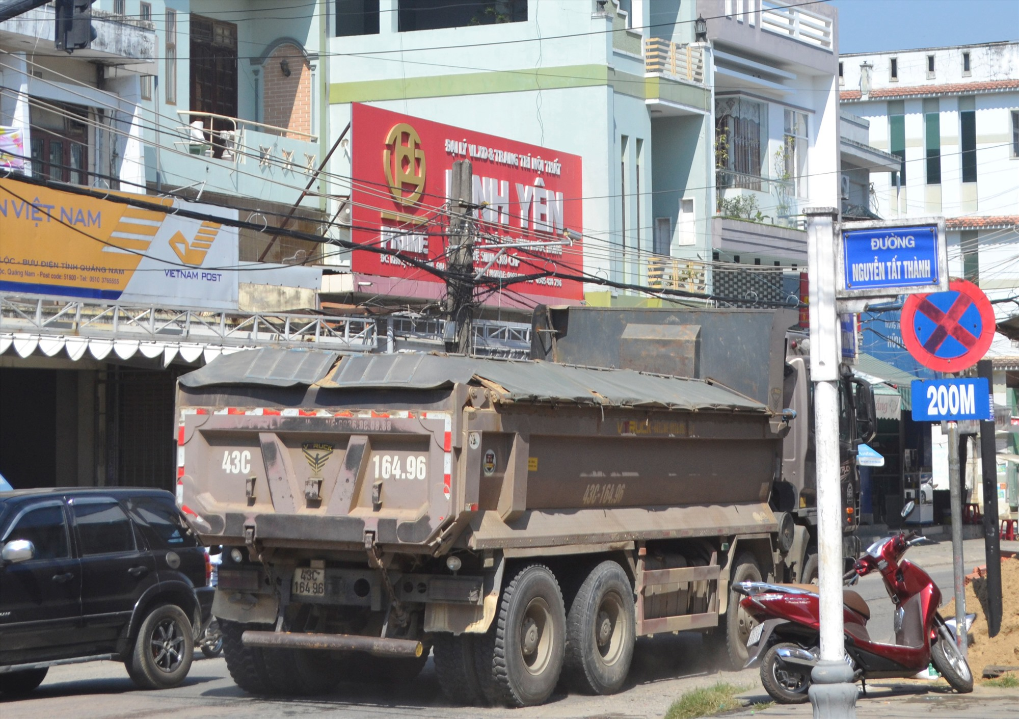 Xe chở cát quá tải trọng cho phép ngang nhiên chạy trên đường Huỳnh Ngọc Huệ, giáp với đường Nguyễn Tất Thành (thị trấn Ái Nghĩa, Đại Lộc). Ảnh: N.B