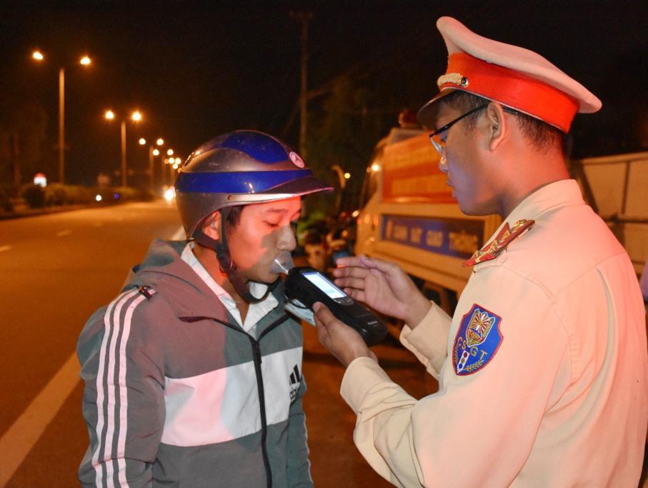 Lực lượng CSGT tuần tra, đo nồng độ cồn trên tuyến quốc lộ 1. Ảnh: CÔNG TRẦN