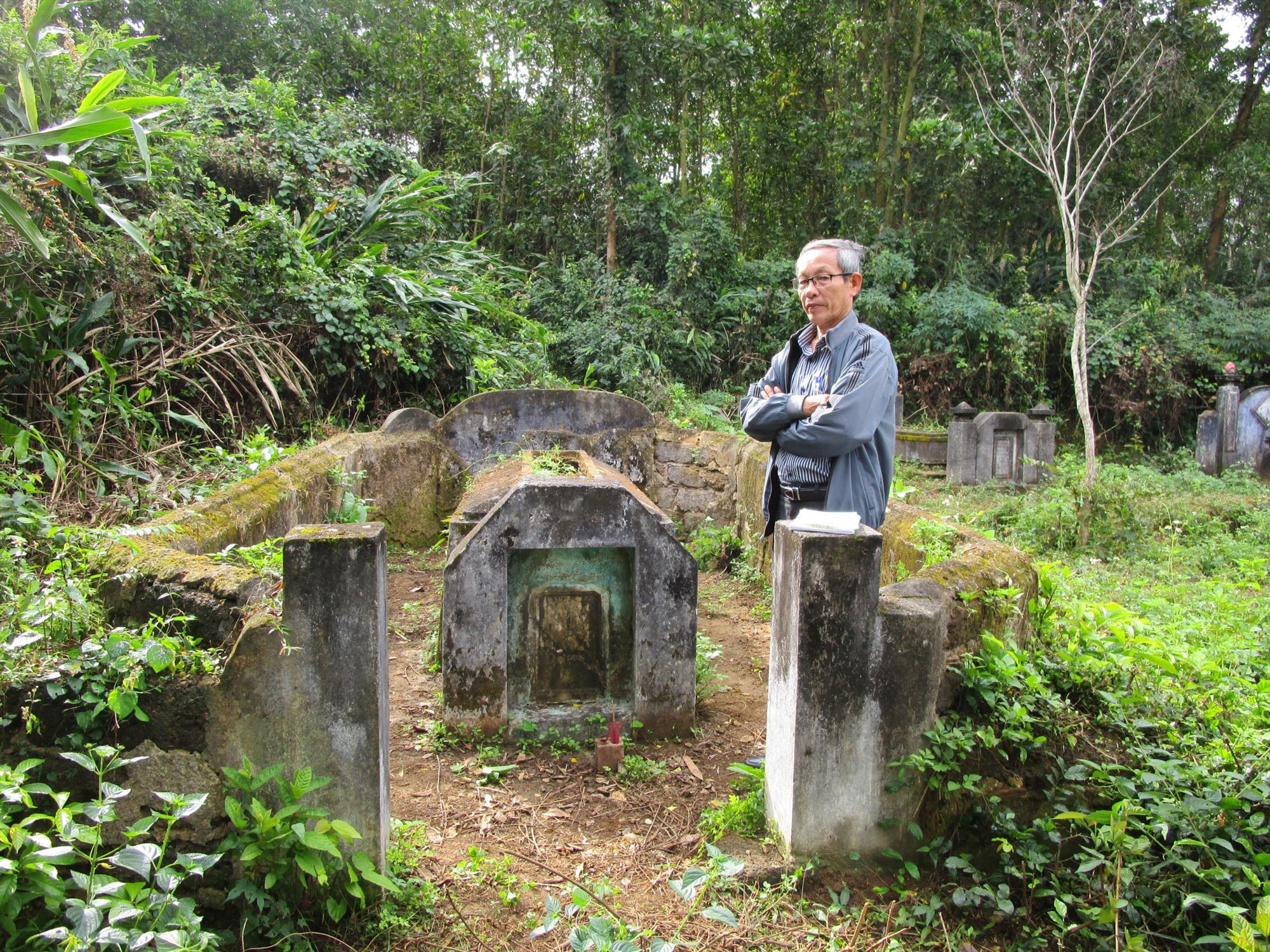 Thầy giáo hưu trí Hồ Nhật Tiến bên mộ ông tam khoa tú tài Hồ Phổ. Ảnh: PHÚ BÌNH