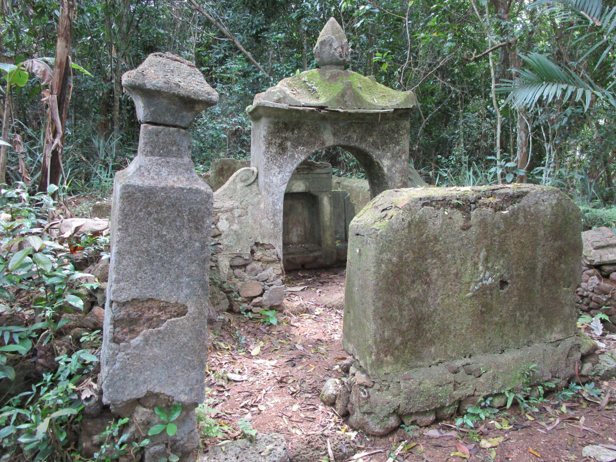 """Ngôi """"song phần"""" làng Phú Hòa với kiến trúc mộ thời Nguyễn."""