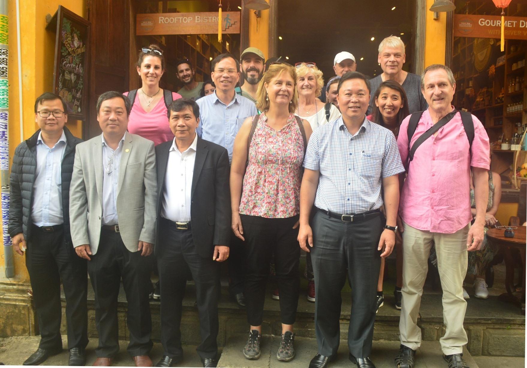 Lãnh đạo tỉnh và TP.Hội An cùng uống cà phê, nói chuyện thân mật với du khách trên đường Nguyễn Thái Học. Ảnh: T.V