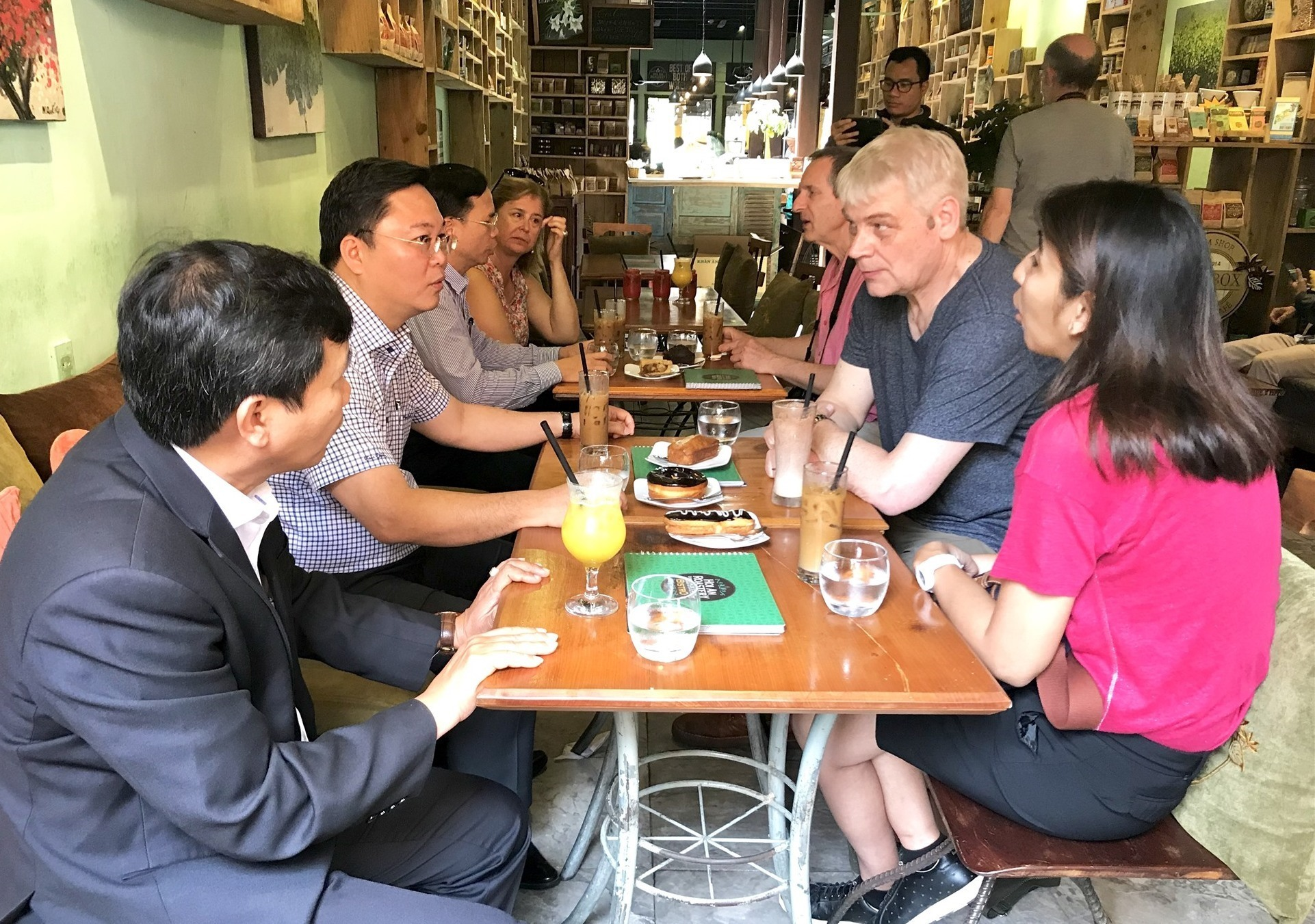 Quang Nam leaders and visitors have an intimate talk in a coffee house in Hoi An.