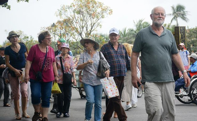 Most of the visitors strolled in Hoi An without wearing face masks. They felt relaxed and secure from Covid-19.