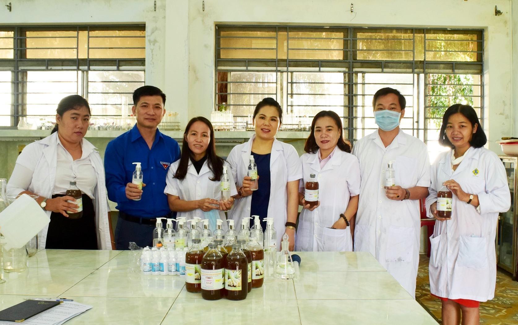 Nhóm nghiên cứu chế xuất thành công dung dịch lau sàn, xịt phòng kháng khuẩn và dung dịch rửa tay khô sát khuẩn. Ảnh: THÁI CƯỜNG