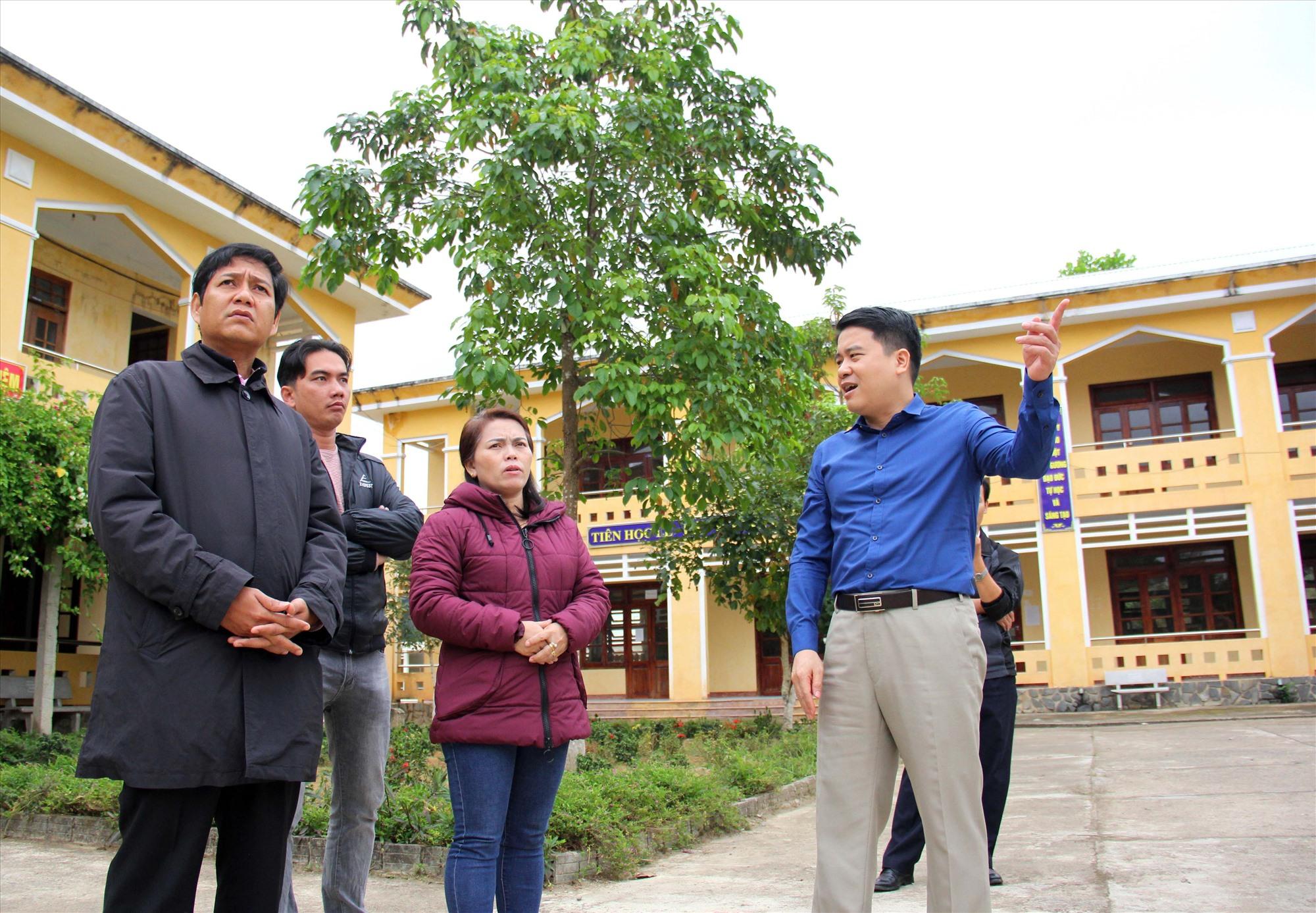 Phó Chủ tịch UBND tỉnh Trần Văn Tân kiểm tra hệ thống cơ sở giáo dục tại Nam Giang. Ảnh: Đ.N
