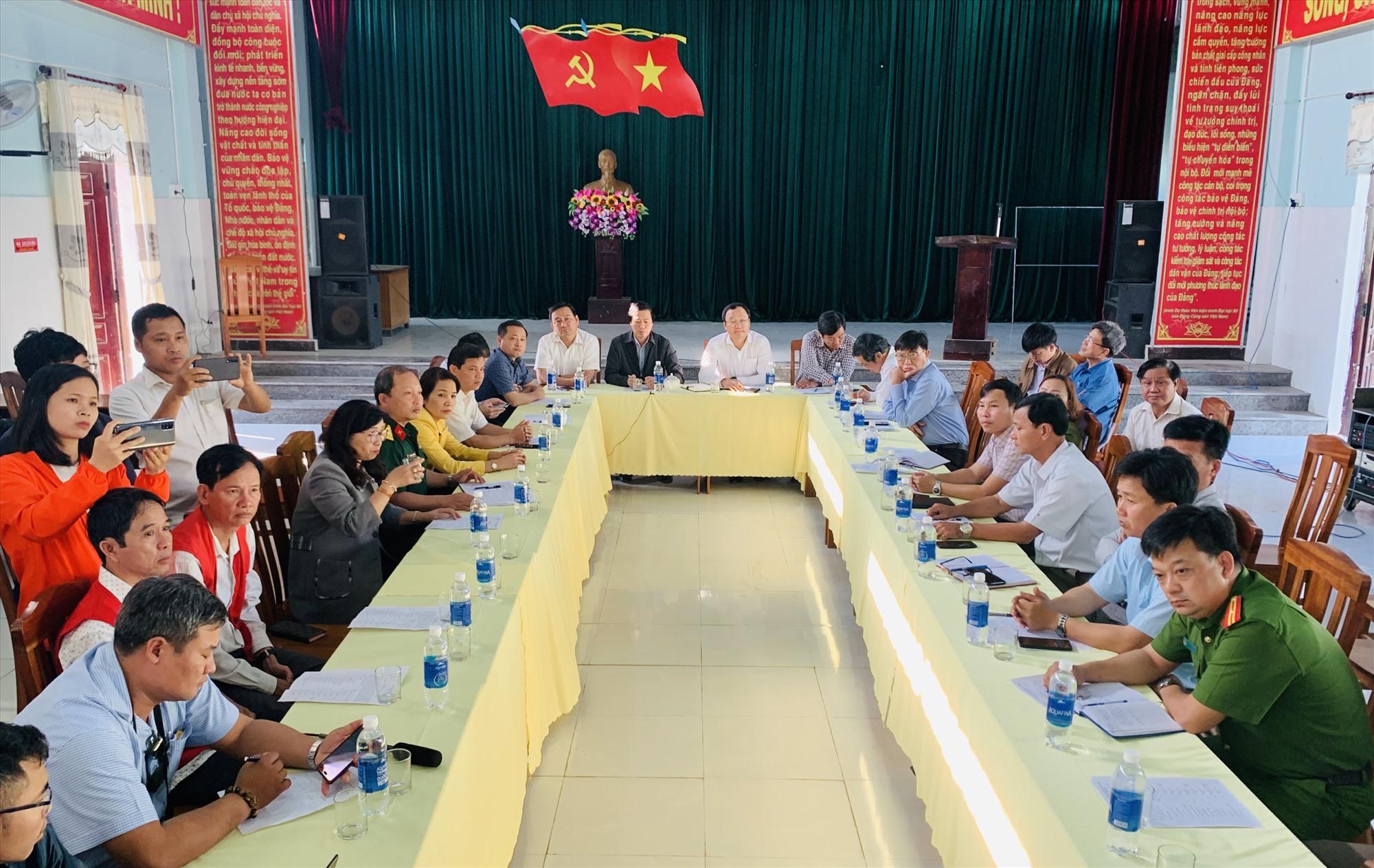 Quang cảnh cuộc họp nghe báo cáo nhanh về vụ tai nạn lật thuyền trên sông Vu Gia ngày 25.2. Ảnh Nhóm P.V