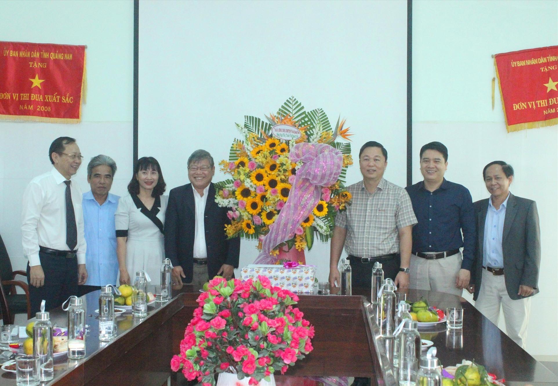 Chủ tịch UBND tỉnh Lê Trí Thanh tặng hoa chúc mừng ngày 27.2 tại Trung tâm Kiểm soát bệnh tật tỉnh. Ảnh: D.L