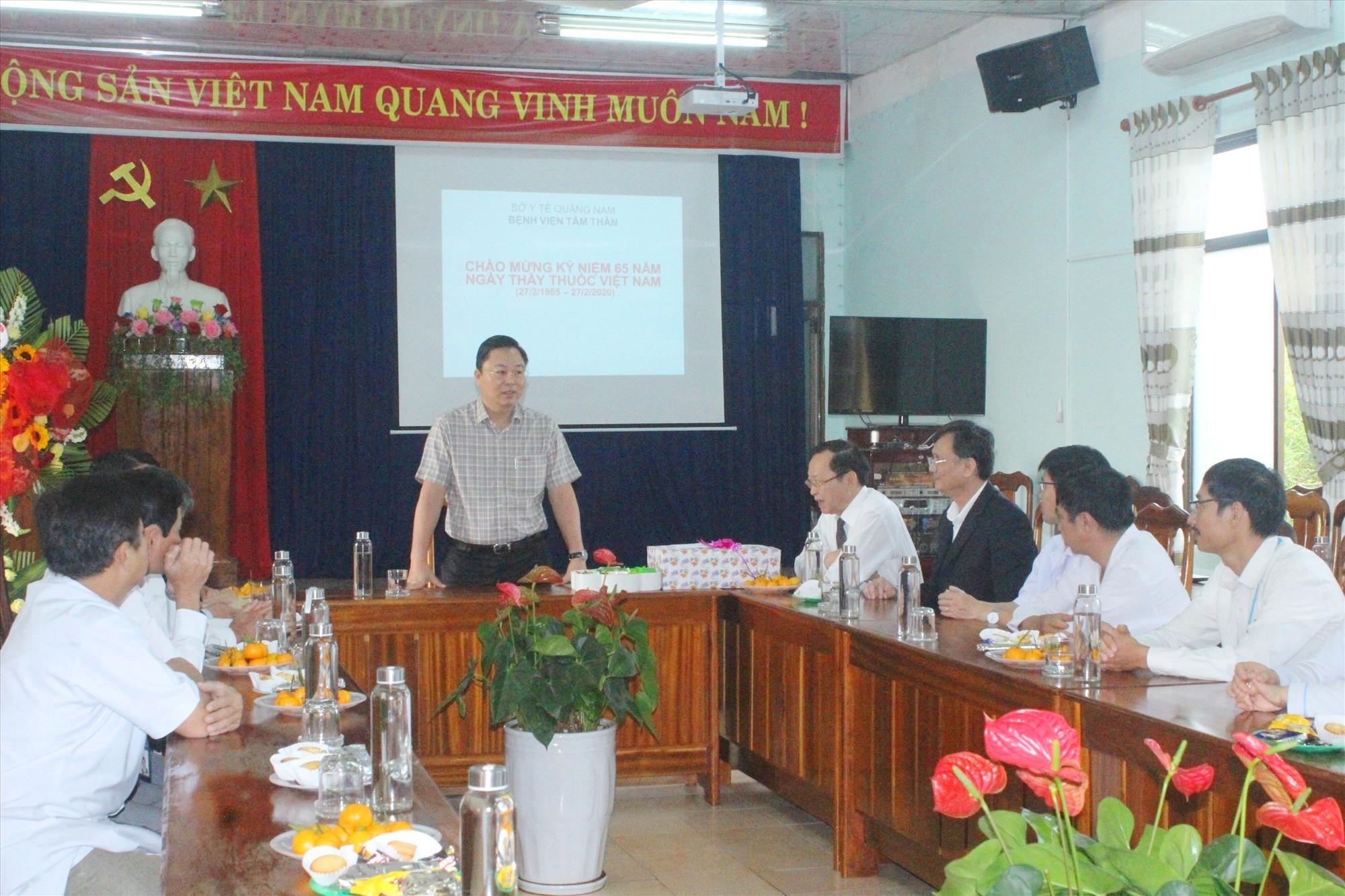 Chủ tịch UBND tỉnh Lê Trí Thanh ghi nhận những nỗ lực của đội ngũ y bác sĩ tại các cơ sở y tế. Ảnh: D.L