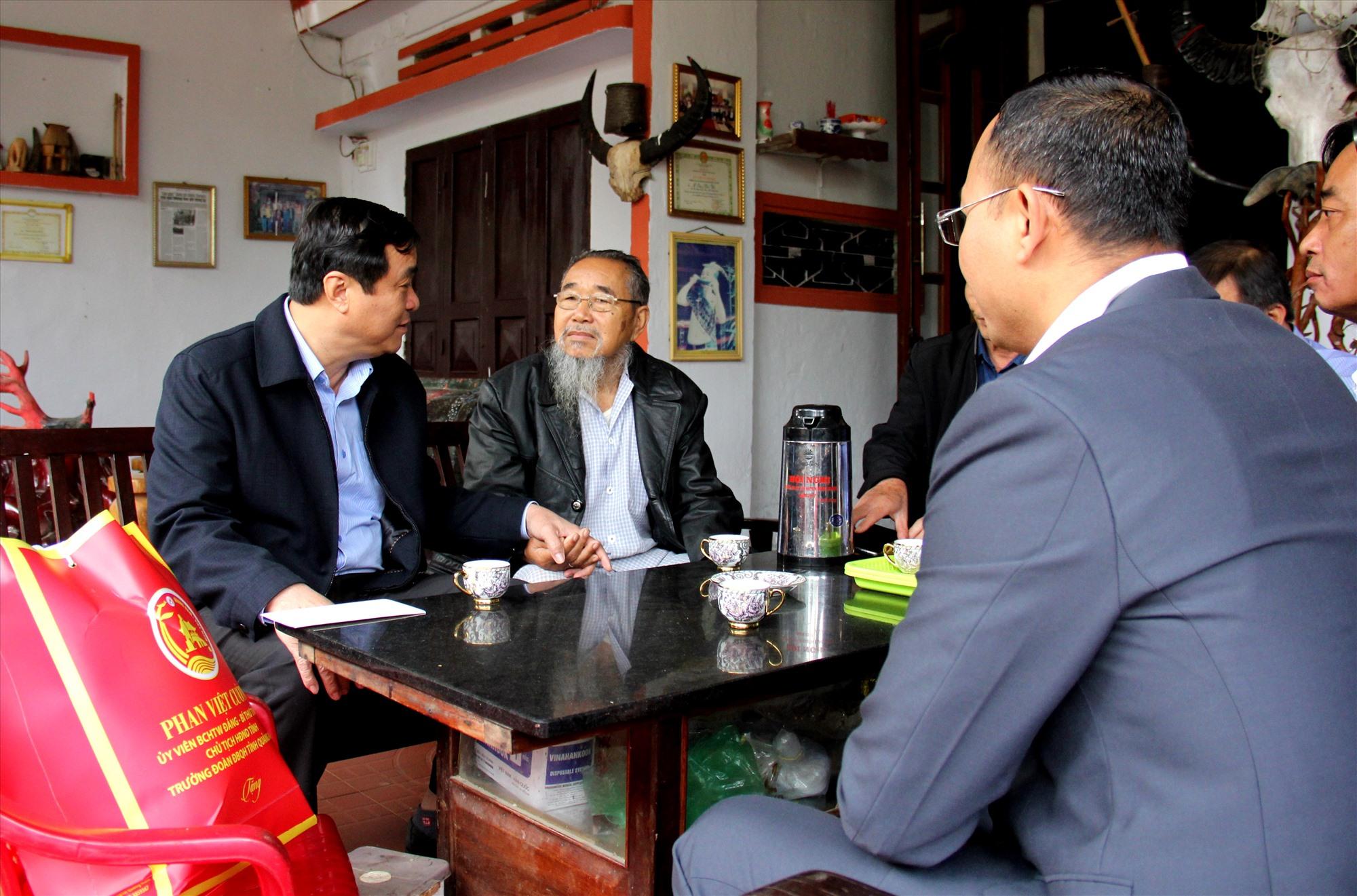 Bí thư Tỉnh ủy Phan Việt Cường thăm hỏi, động viên già làng Y Kông - nguyên Chủ tịch UBND huyện Đông Giang. Ảnh: Đ.N
