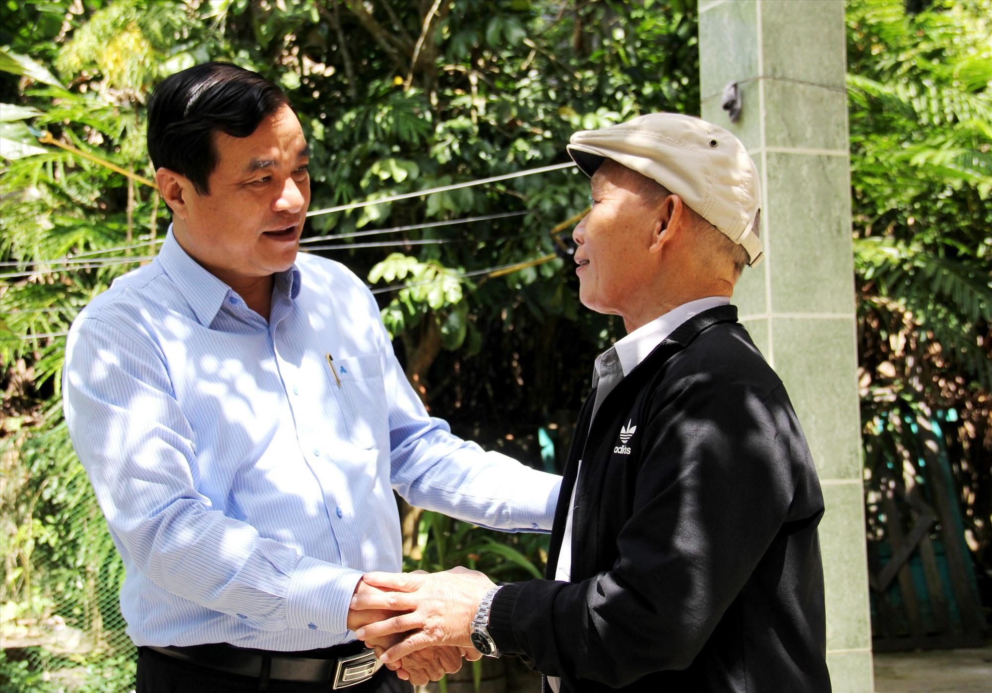 Đồng chí Phan Việt Cường ân cần thăm hỏi sức khỏe, động viên người có uy tín tiếp tục giúp chính quyền địa phương trong chiến lược phát triển kinh tế - xã hội, ổn định quốc phòng - an ninh. Ảnh: A.N