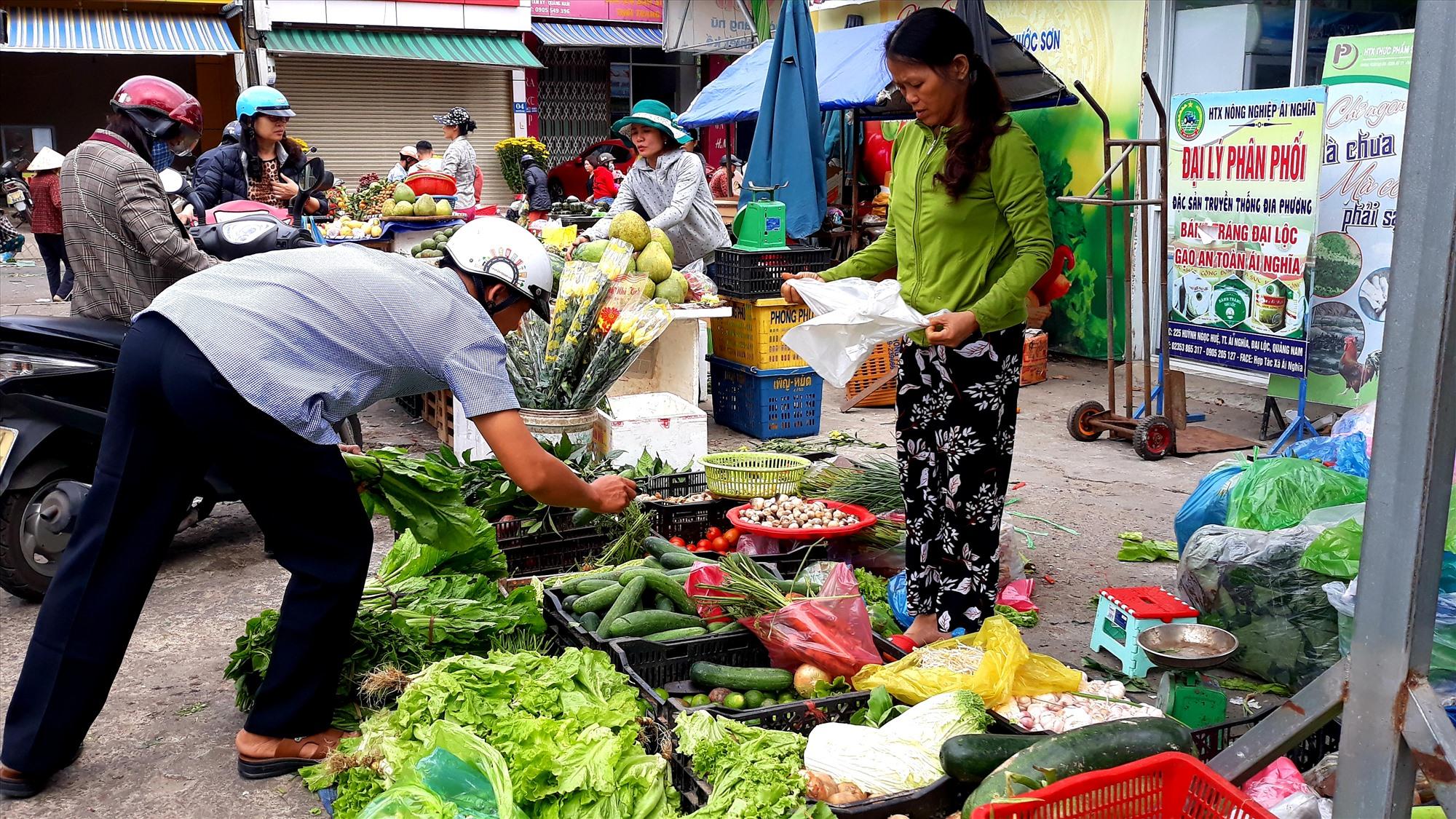 Nhiều mặt hàng trong nhóm thực phẩm giảm sâu khiến CPI tháng 2 giảm. Ảnh: C.N