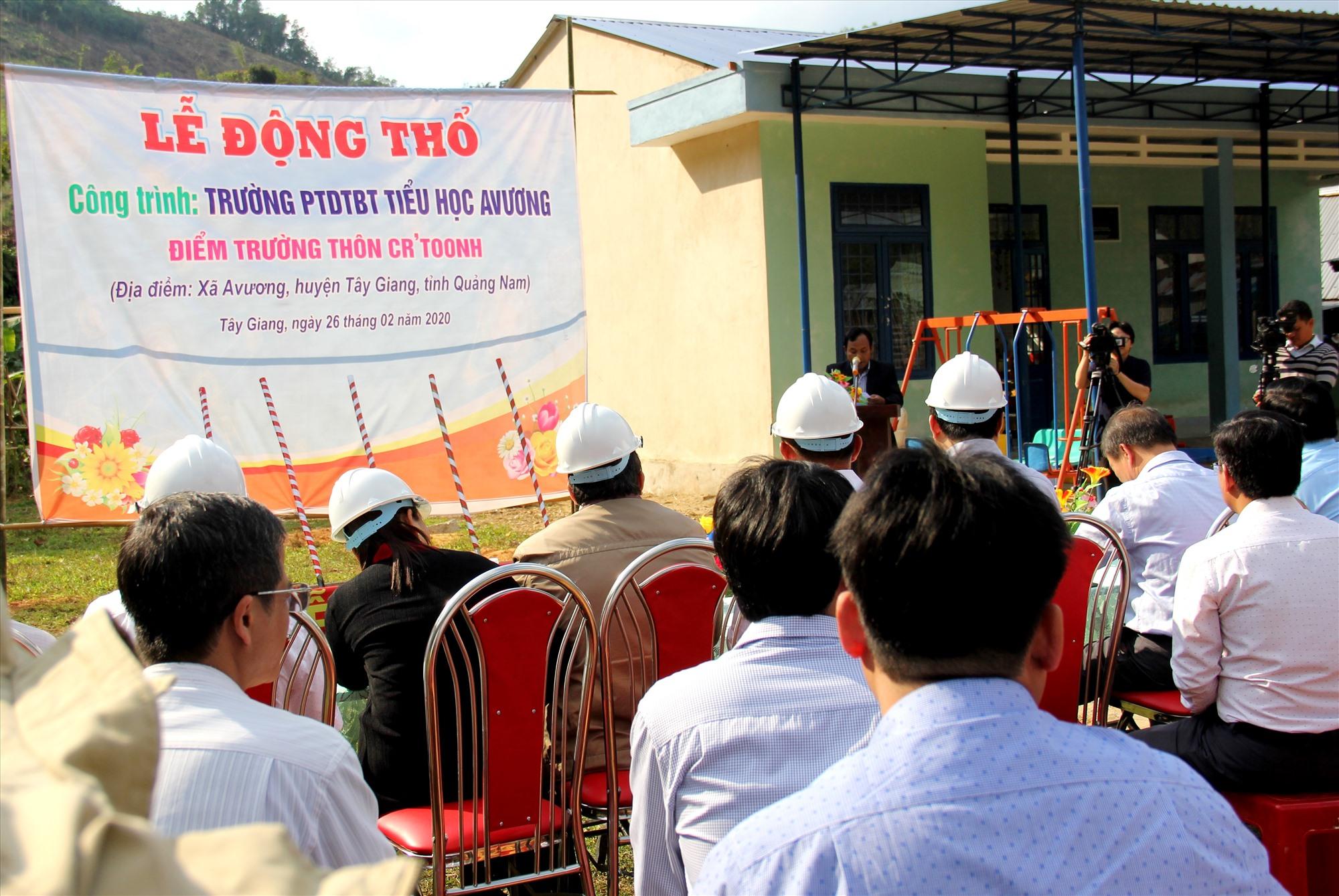 Các đại biểu tham dự lễ động thổ công trình điểm trường tiểu học thôn Cr'toonh. Ảnh: A.N