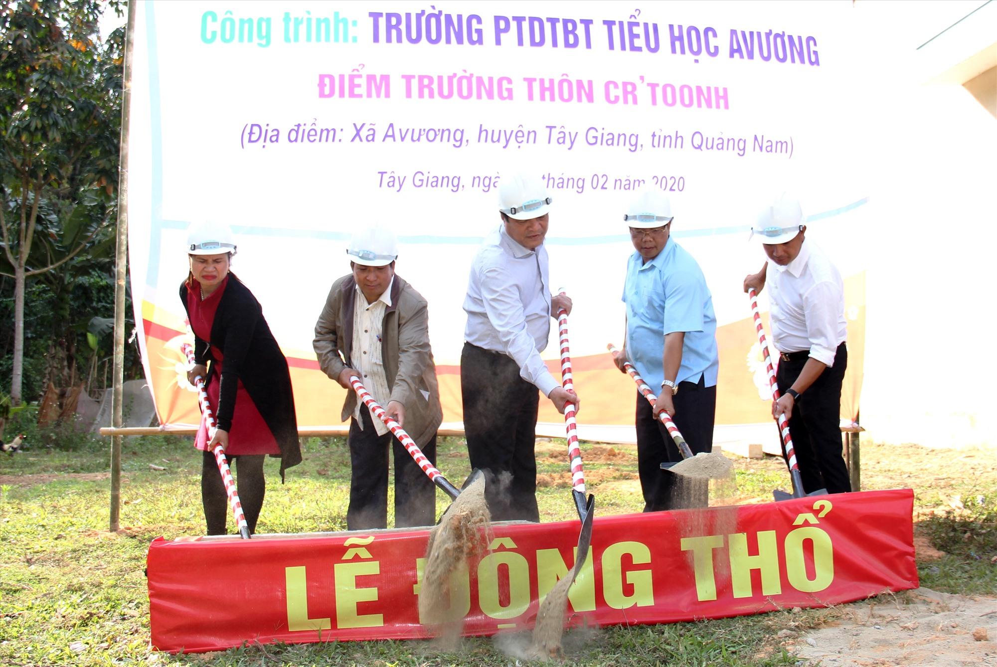 Bí thư Tỉnh ủy Phan Việt Cường cùng đại diện lãnh đạo huyện Tây Giang và đơn vị doanh nghiệp thực hiện nghi thức động thổ công trình. Ảnh: A.N