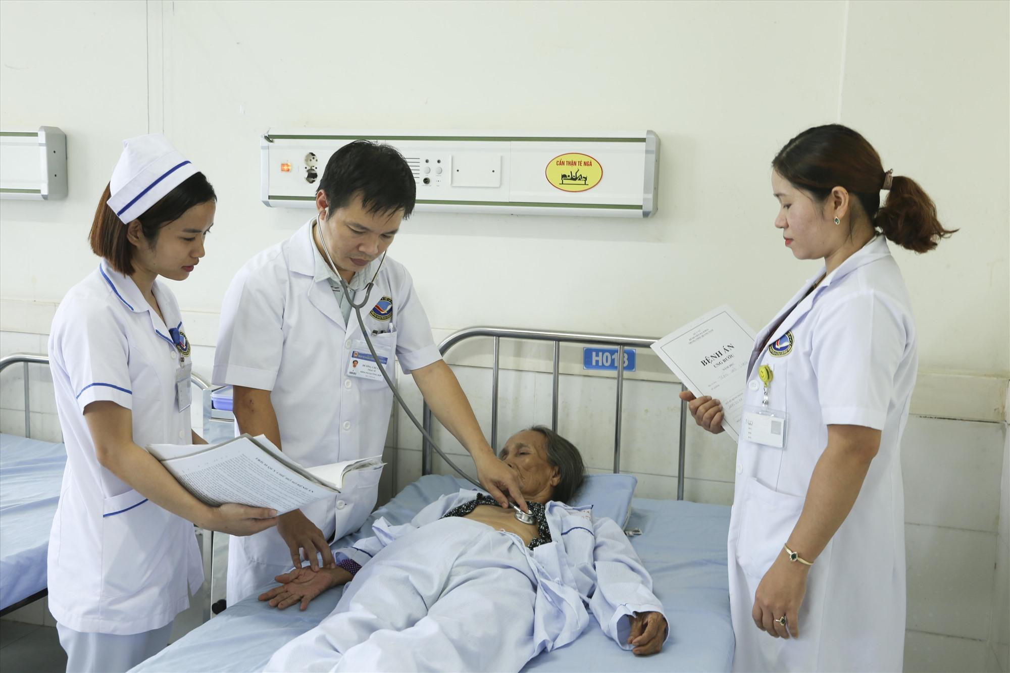 Chăm sóc sức khỏe cho nhân dân là nhiệm vụ đầy cao cả của mỗi cán bộ, nhân viên y tế