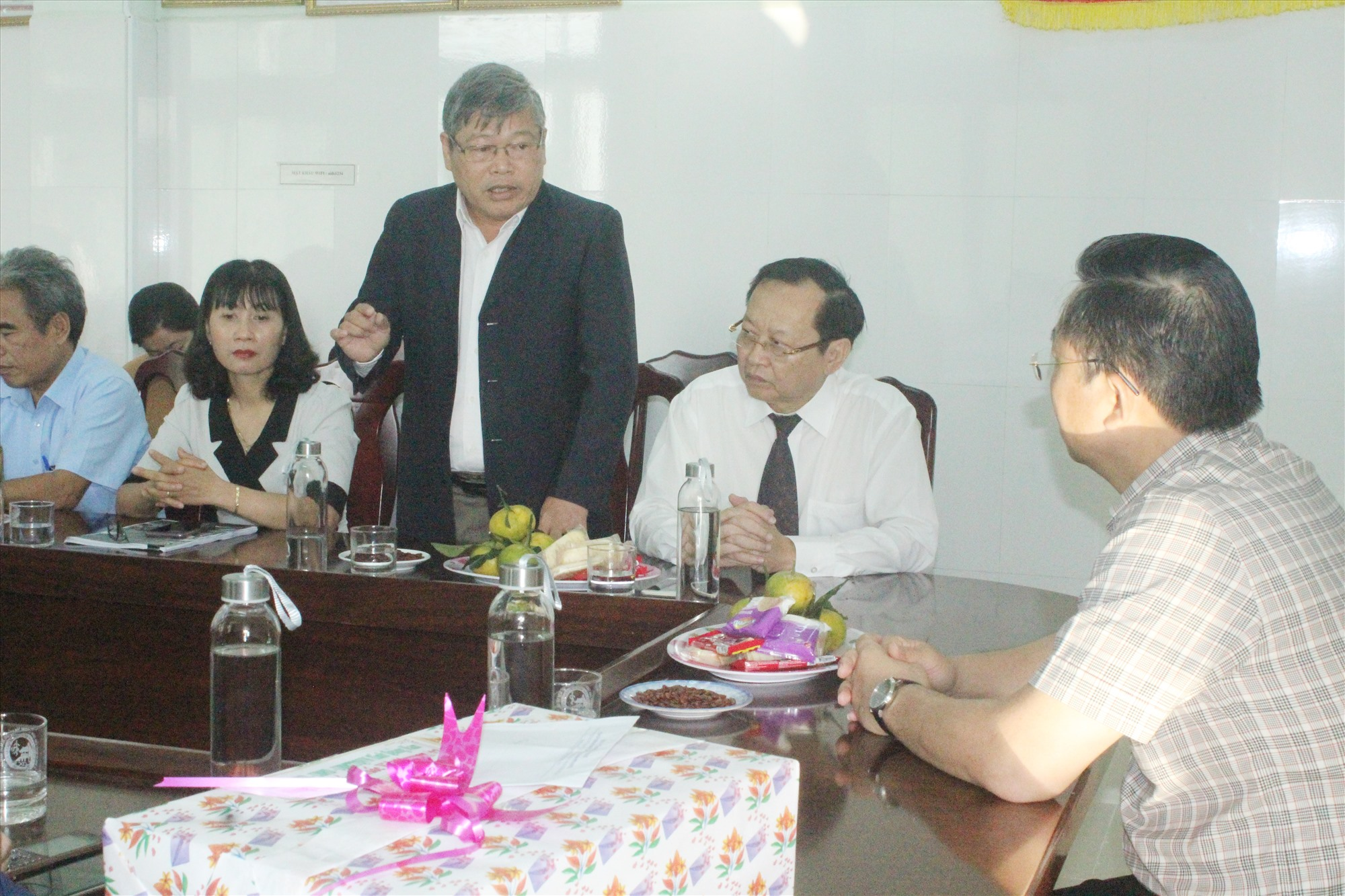 Lãnh đạo Trung tâm Kiểm soát Bệnh tật Quảng Nam thông tin nhanh với Chủ tịch UBND tỉnh Lê Trí Thanh tình hình phòng, chống, kiểm soát dịch bệnh Covid-19. Ảnh: D.L