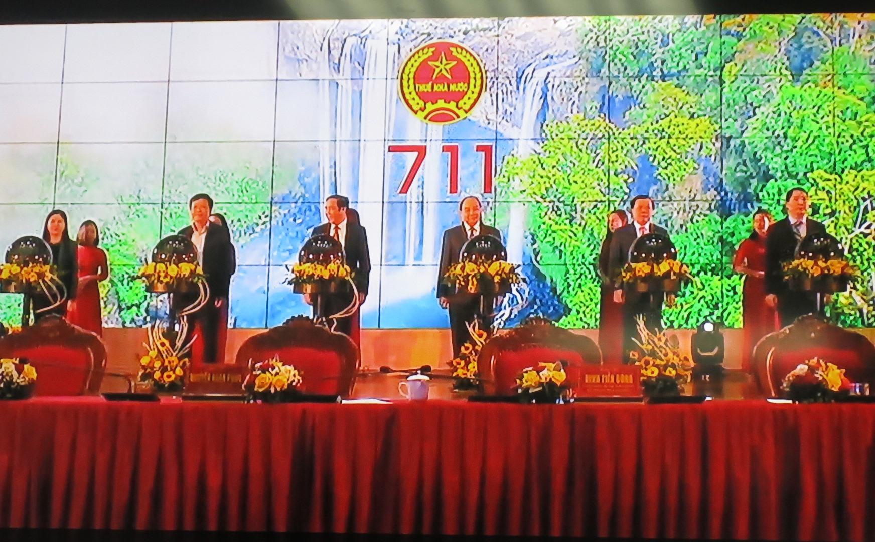 Các đại biểu bấm nút hòa mạng 415 chi cục thuế khu vực sau hợp nhất vào hệ thống quản lý thuế Việt Nam.