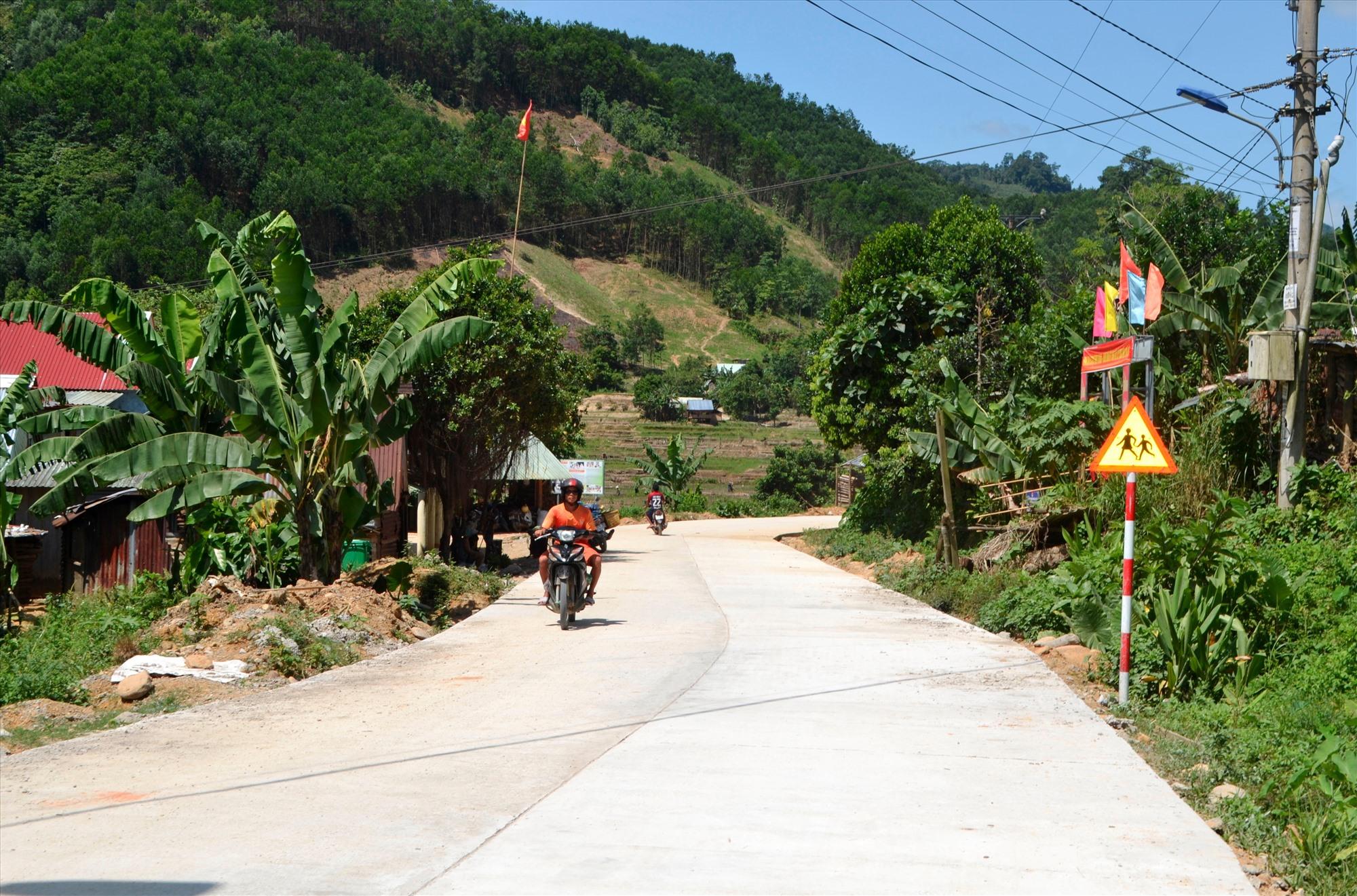 Tuyến đường ĐH5.ĐG được đầu tư kiên cố hóa gần 2,8km. Ảnh: C.T