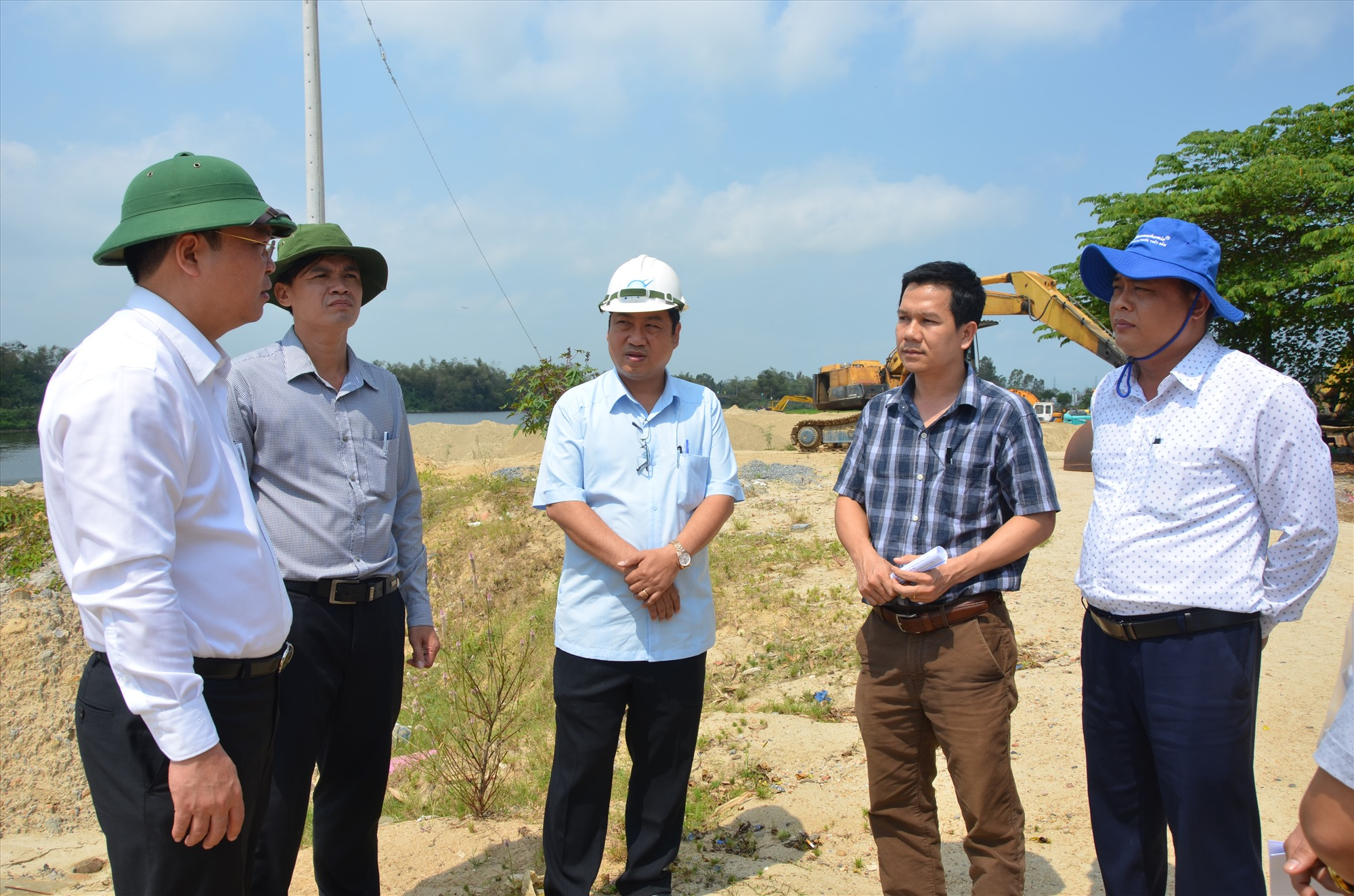 Lãnh đạo tỉnh trong lần kiểm tra khoáng sản cát tại phường Điện Ngọc (Điện Bàn). Ảnh: T.H