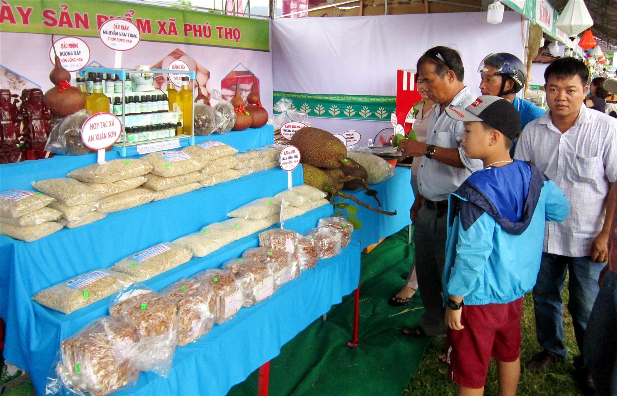Huyện Quế Sơn luôn tạo điều kiện thuận lợi cho các chủ thể tham gia Chương trình OCOP quảng bá, giới thiệu sản phẩm tại các hội chợ. Ảnh: T.P