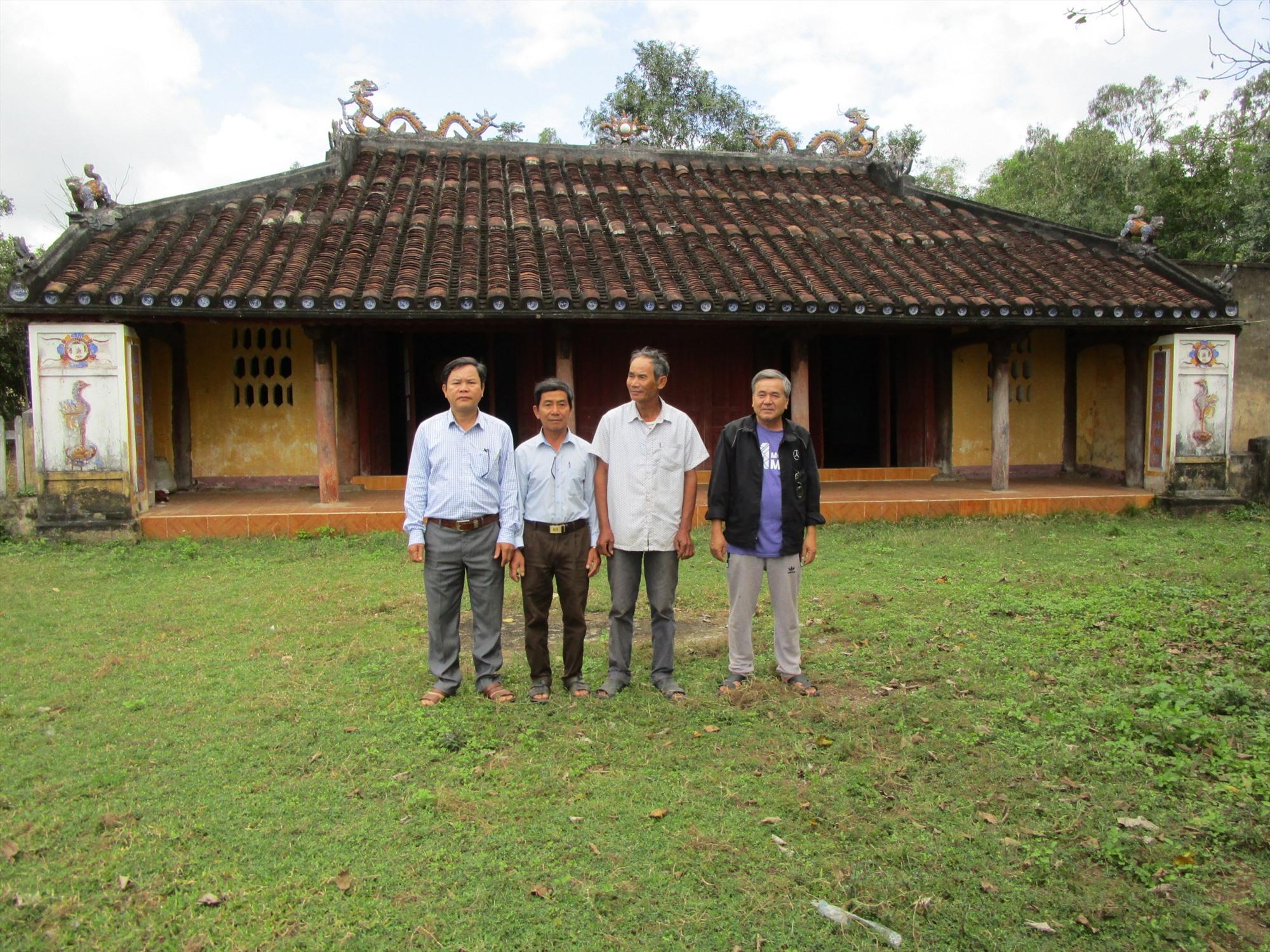 Dân địa phương trước đình làng Địch Thái. Ảnh: PHÚ BÌNH