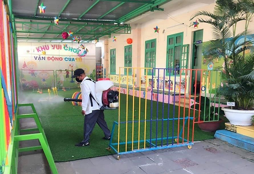 Trung tâm Y tế TP.Tam Kỳ phun thuốc sát khuẩn trường học trong thời gian học sinh nghỉ học. Ảnh: HỒNG NHUNG