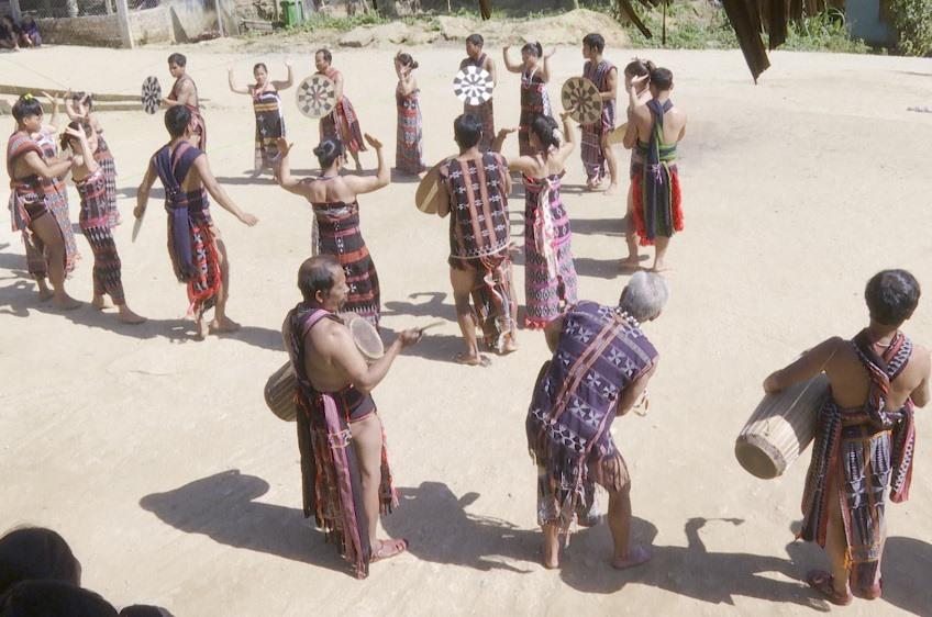 Tan-tung da-da performance in Dho Roong village, Ta Lu commune, Dong Giang district