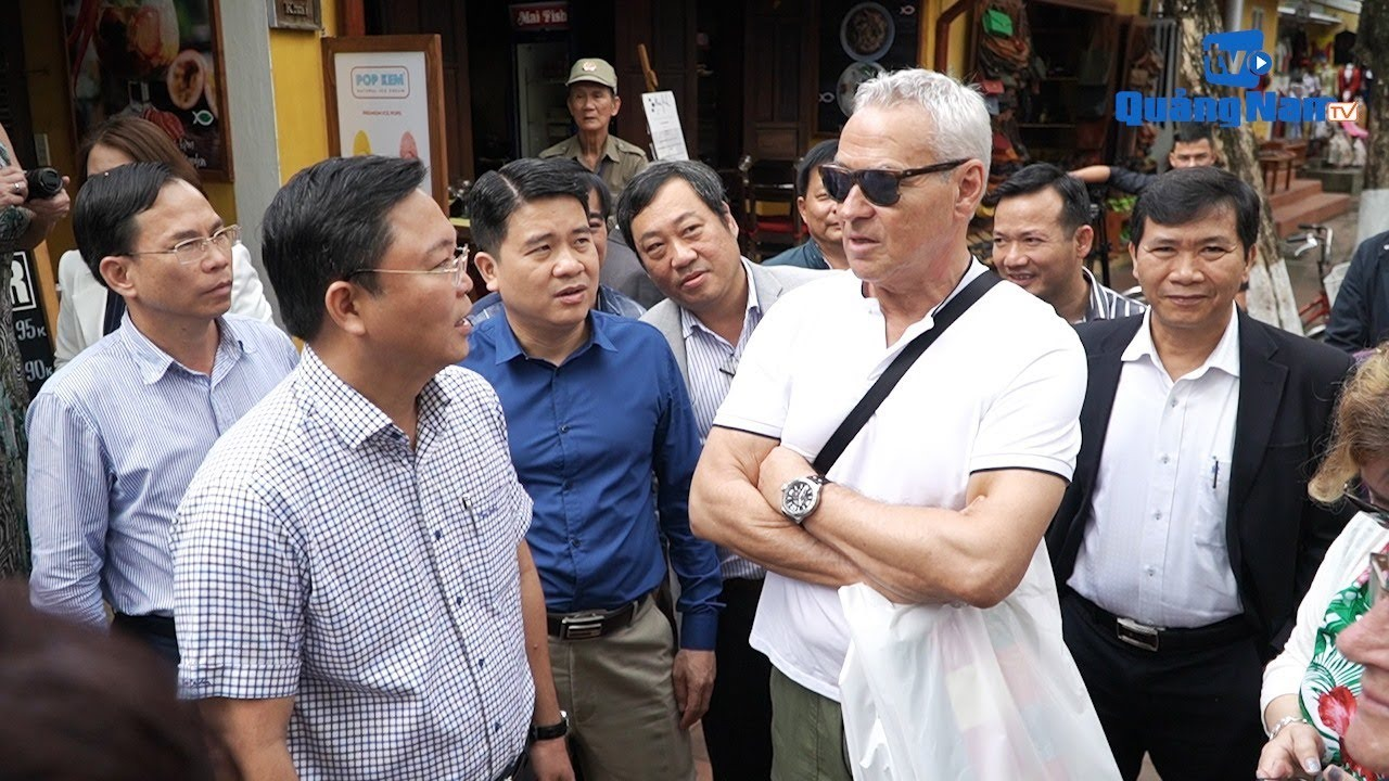 Mr. Le Tri Thanh talking to foreign visitors to Quang Nam