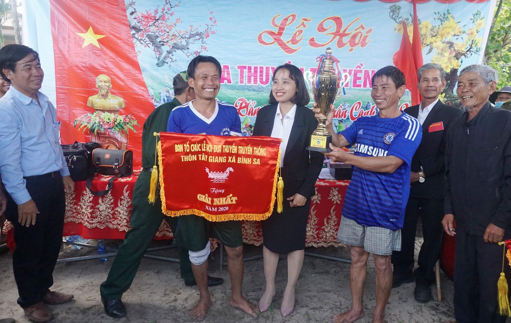 Ban tổ chức giải trao cúp vô địch cho đội thuyền đua xã Bình Đào. Ảnh: BIÊN THỰC