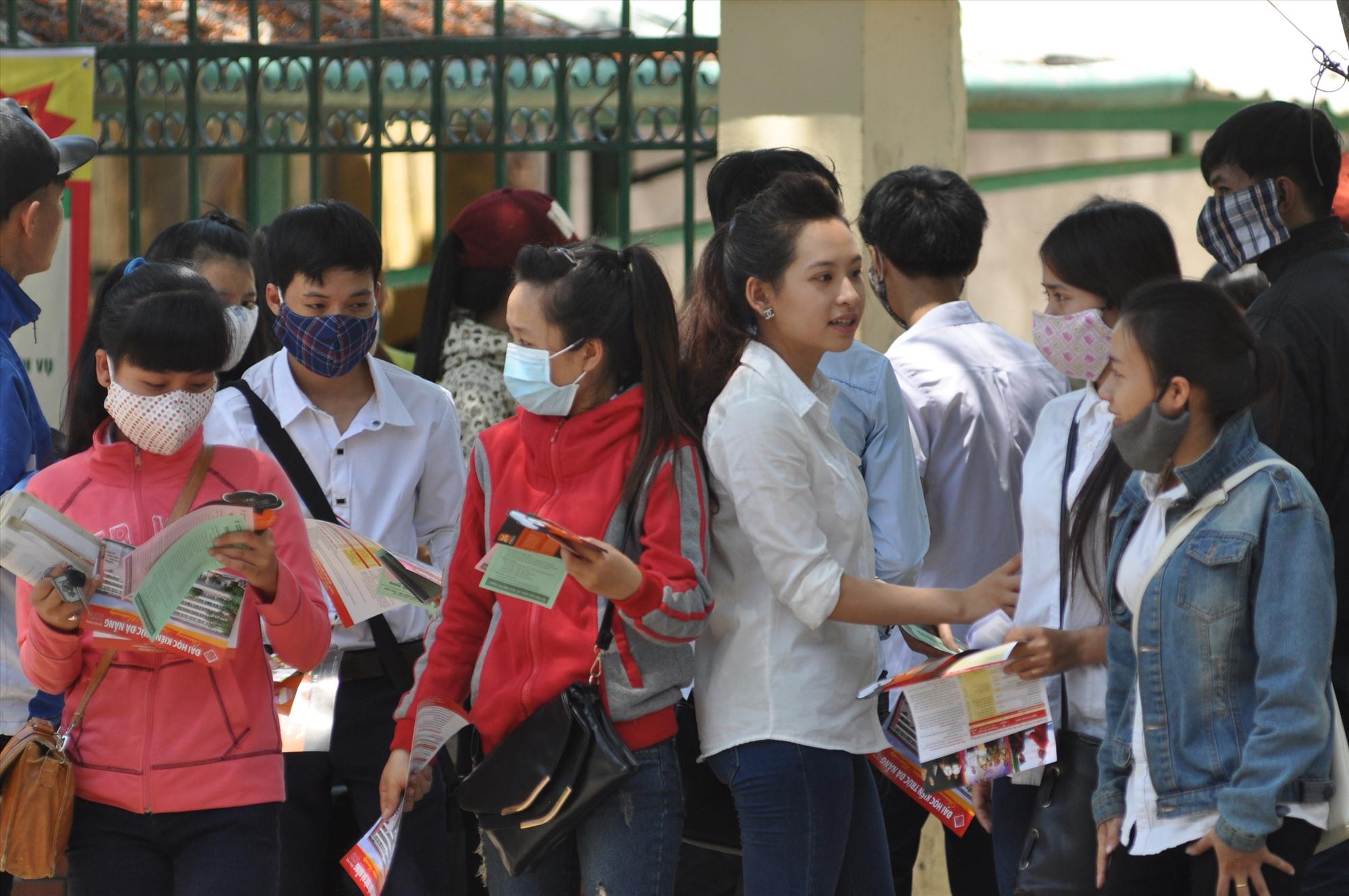 Ngành GD-ĐT khuyến cáo học sinh đi học phải đeo khẩu trang để phòng chống dịch.  Ảnh: X.P