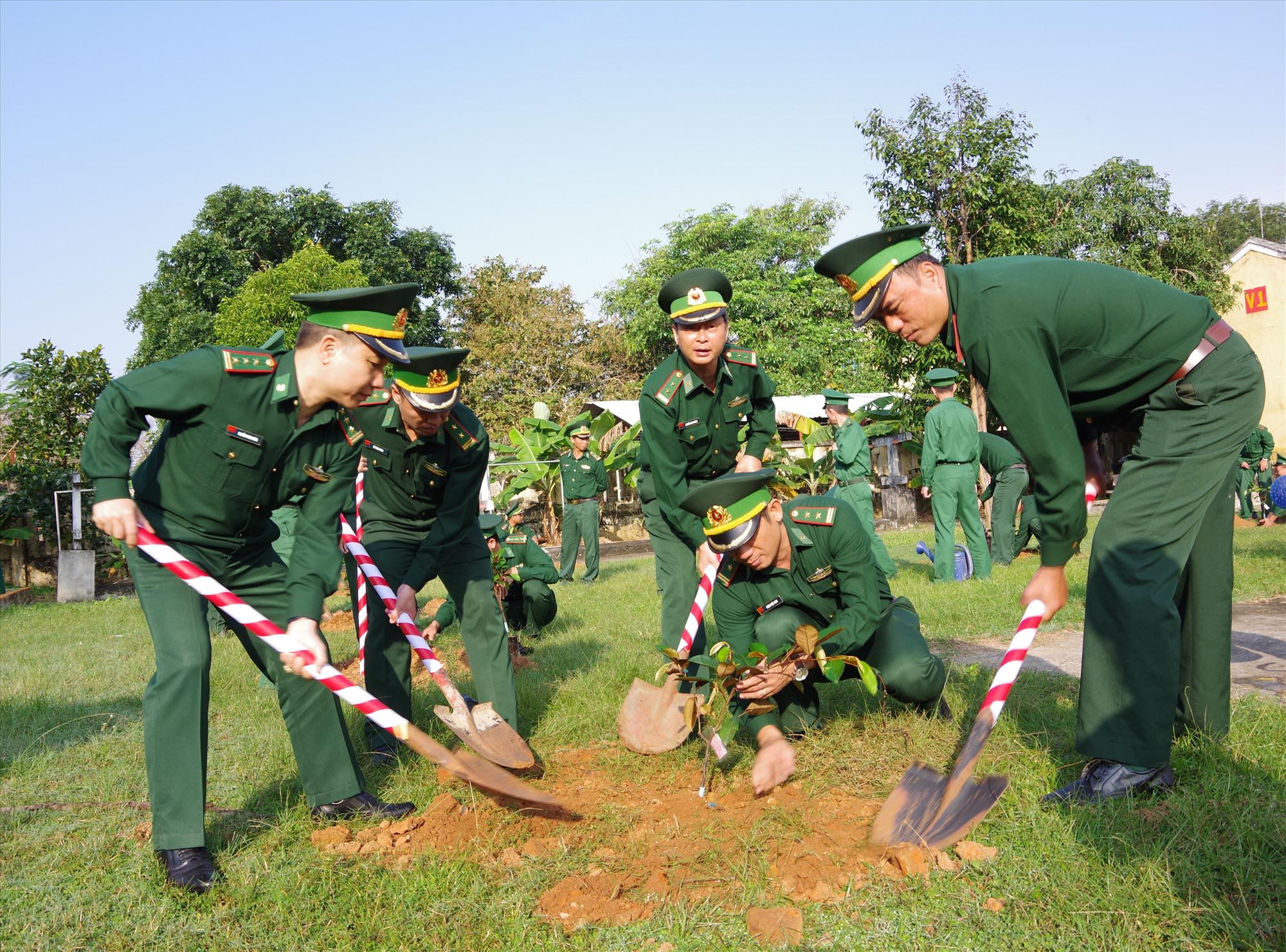 Lãnh đạo Bộ chỉ huy BDDBP tỉnh trồng cây tại khuôn viên Tiểu đoàn huấn luyện - cơ động. Ảnh : HỒNG ANH