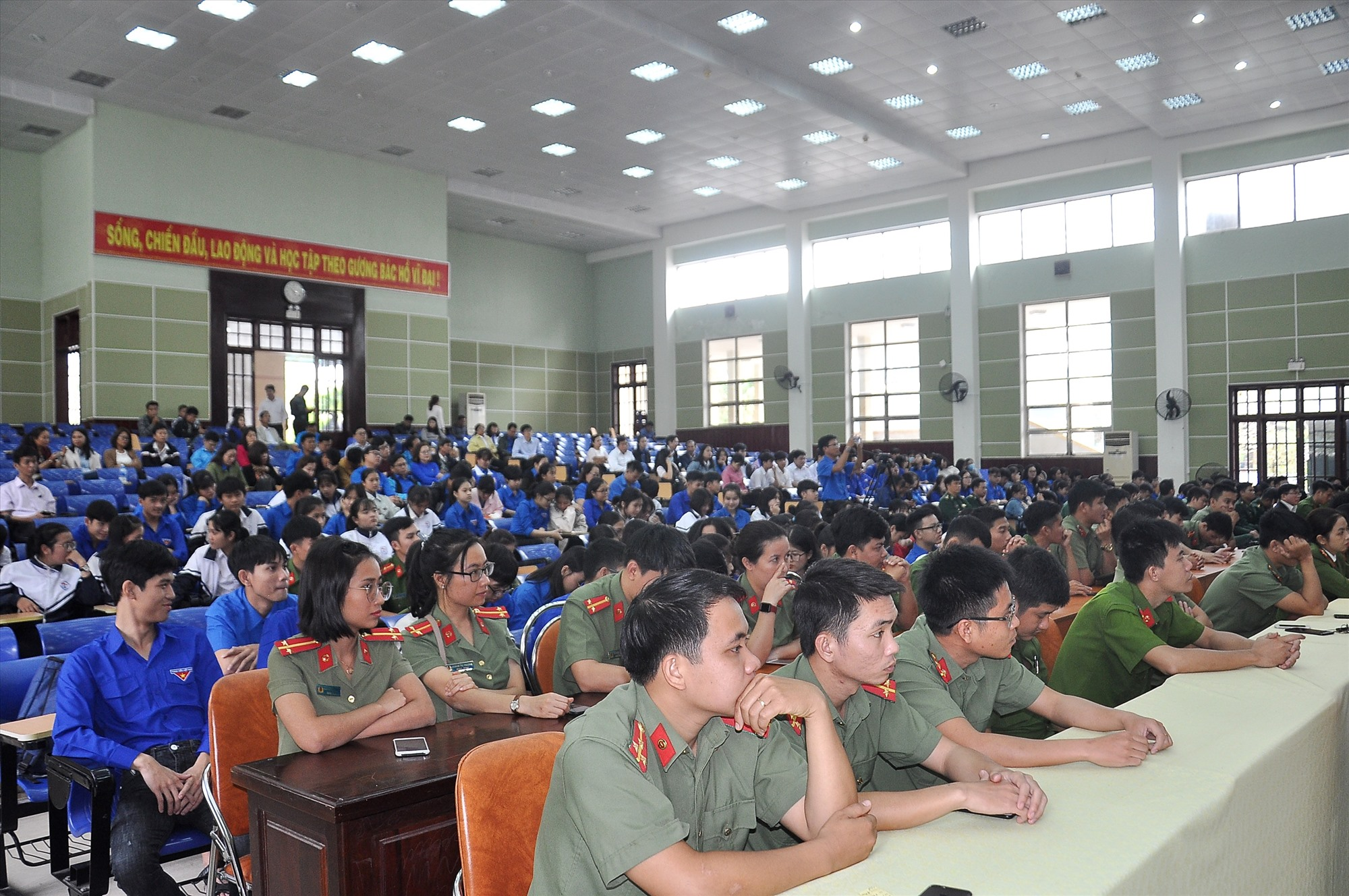 Đông đảo cán bộ, chiến sĩ và đoàn viên thanh niên tham dự lễ phát động. Ảnh: VINH ANH