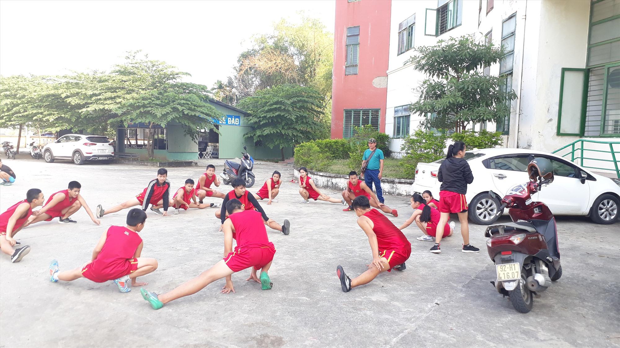 Vận động viên Trung tâm Đào tạo và thi đấu TD-TT Quảng Nam  tập luyện sáng 3.2. Ảnh: T.V