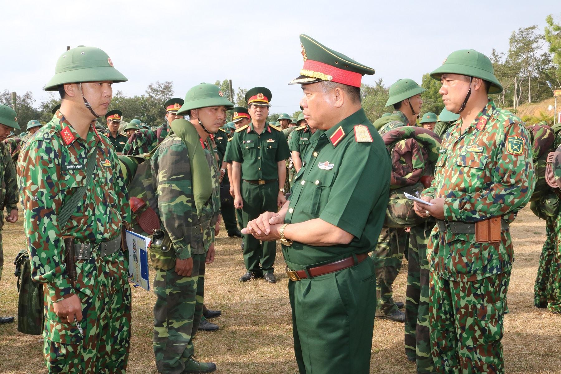 Tư lệnh Quân khu 5 kiểm tra hoạt động, công tác quân sự tại đơn vị trực thuộc. Ảnh: V.H