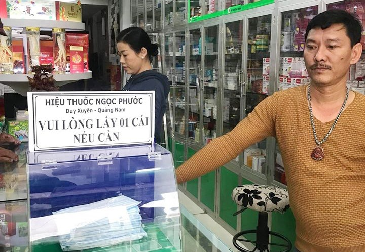 Khẩu trang miễn phí tại tiệm thuốc Ngọc Phước. Ảnh: V.T