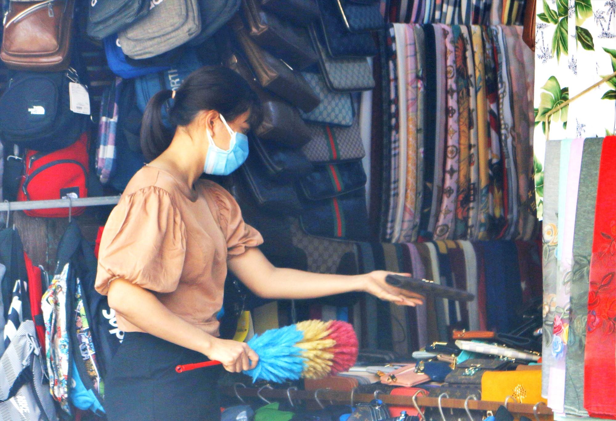 Việc đeo khẩu trang y tế, vệ sinh nhà cửa sạch sẽ, thường xuyên được khuyến cáo là một trong những cách để phòng chống bệnh corona. Ảnh: Đ.N