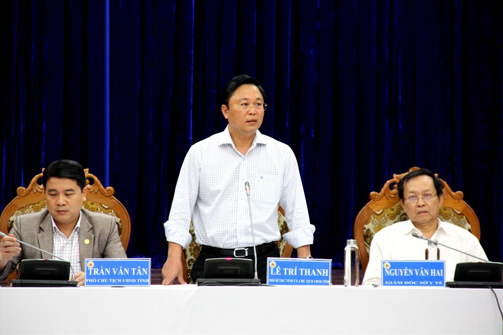 Chủ tịch UBND tỉnh Lê Trí Thanh, cùng Phó Chủ tịch UBND tỉnh Trần Văn Tân và Giám đốc Sở Y tế Nguyễn Văn Hai đồng chủ trì cuộc họp. Ảnh: Đ.N