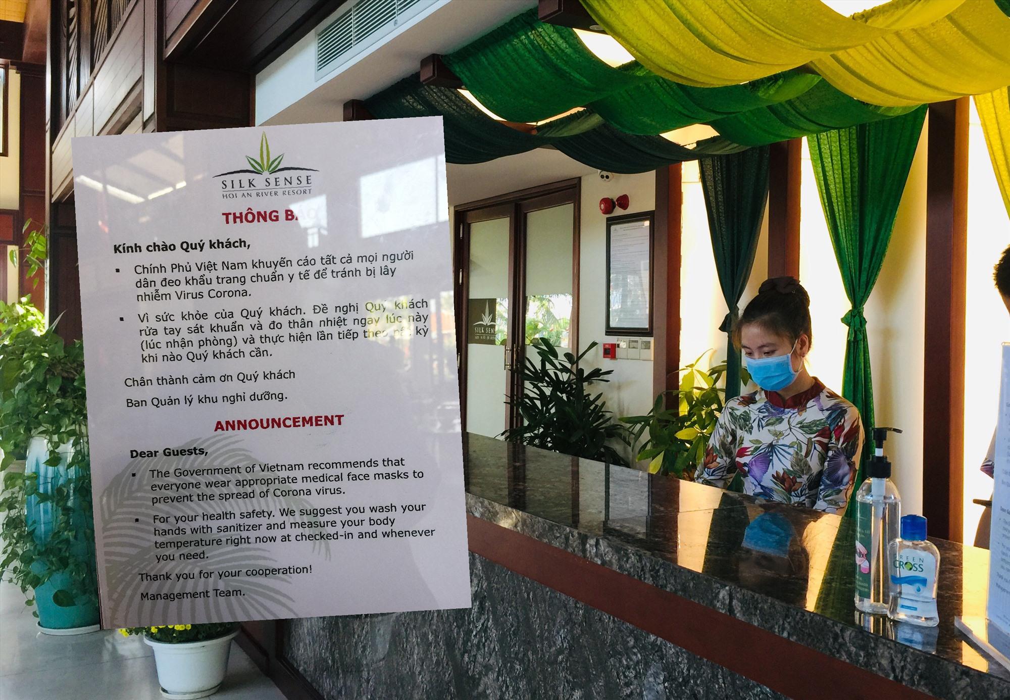Mẫu thư khuyến cáo dịch bệnh do vi rút corona ngắn gọn bằng 2 thứ tiếng Việt và Anh tại quầy lễ tân Silk Sense Resort Hội An. Ảnh: H.V