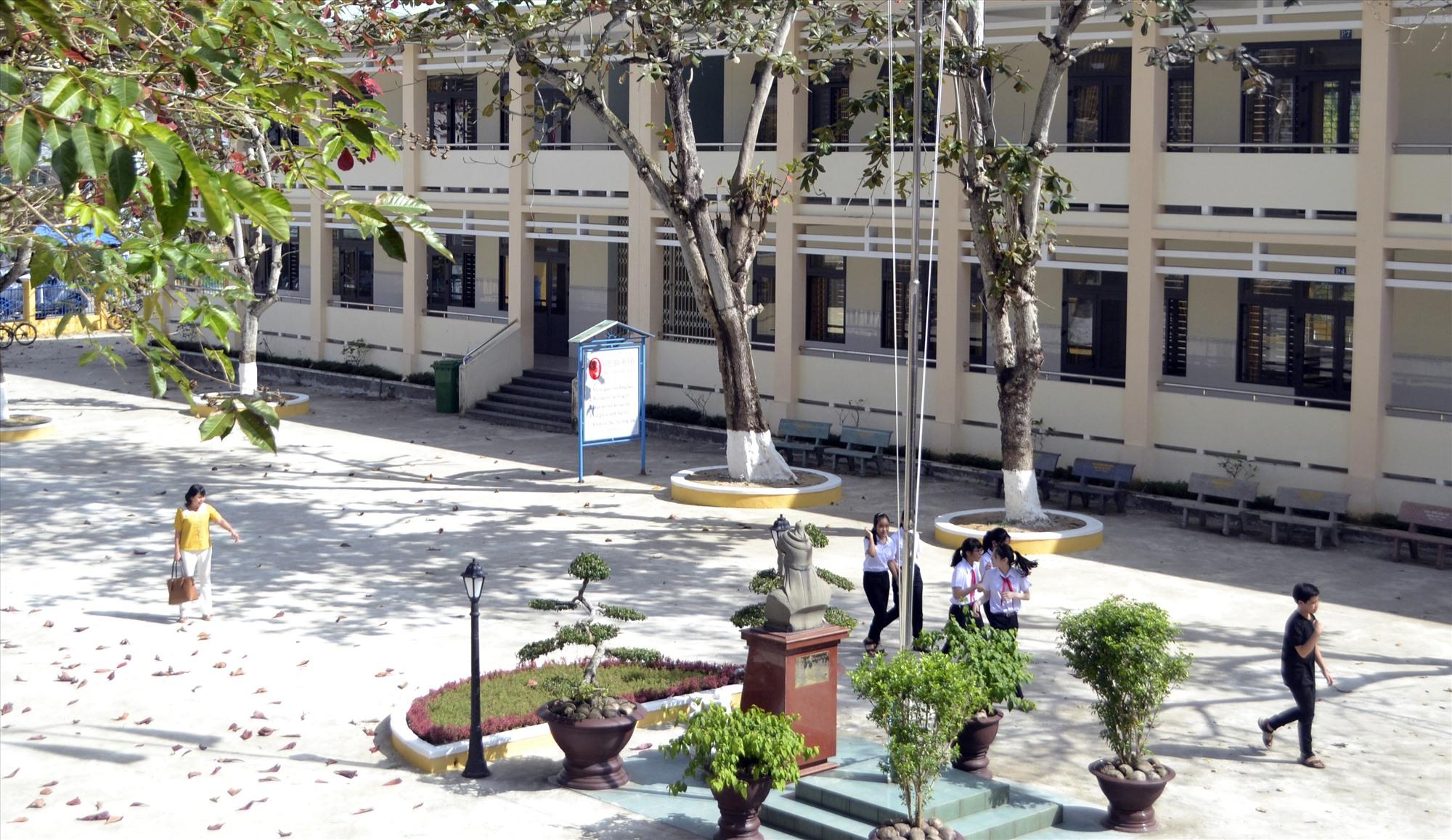Dãy phòng học gồm 10 phòng được xây dựng mới kiên cố tại Trường THCS Quang Trung. Ảnh: C.T