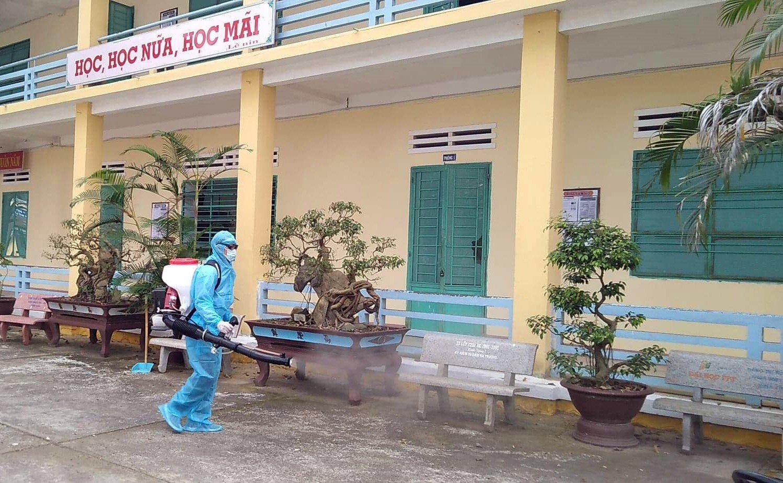 Phun xử lý hóa chất tại trường PTTH Nguyễn Duy Hiệu