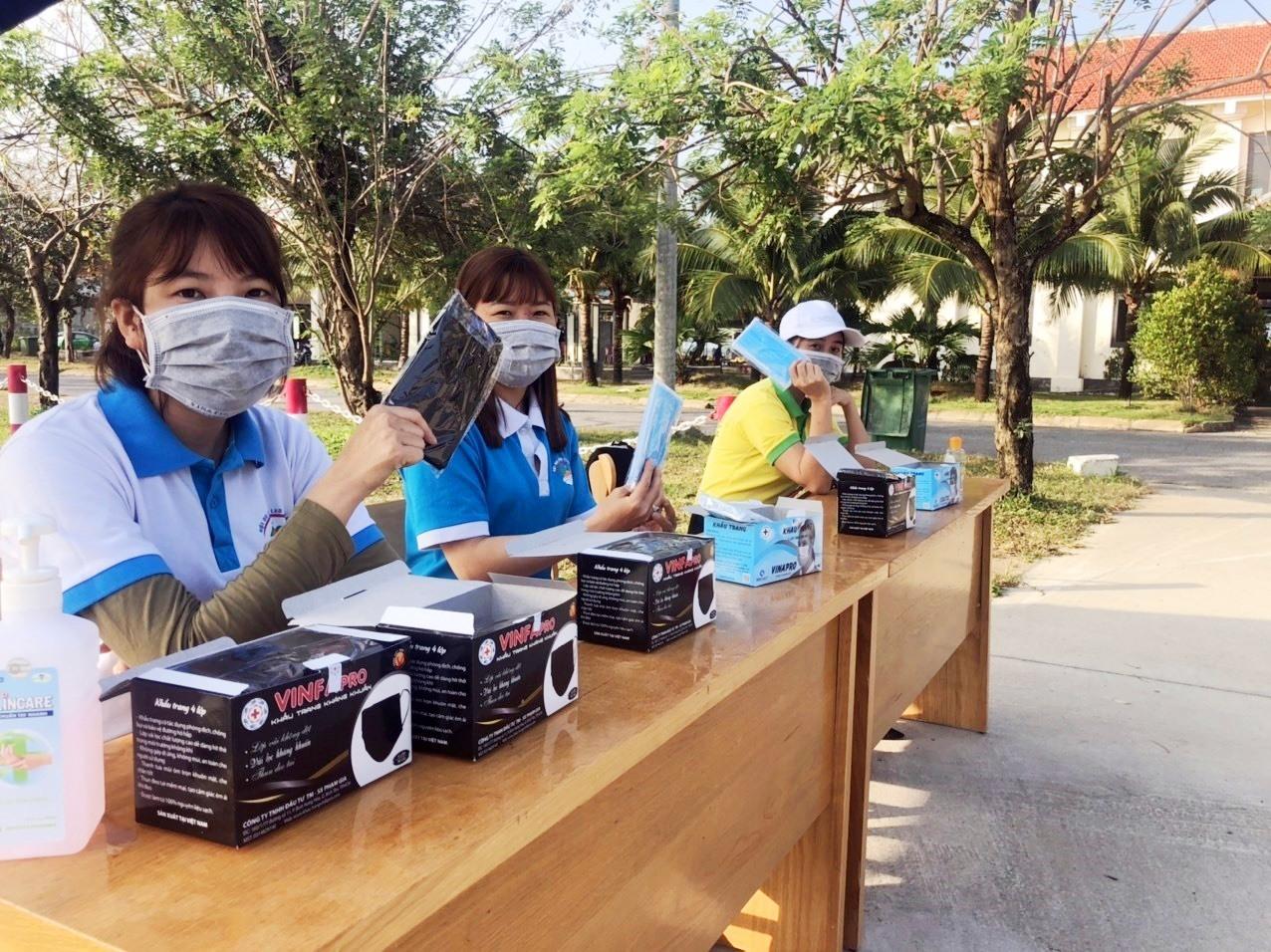 Chuẩn bị khẩu trang phát cho du khách khi tham quan Cù Lao Chàm. Ảnh: KHÁNH LINH