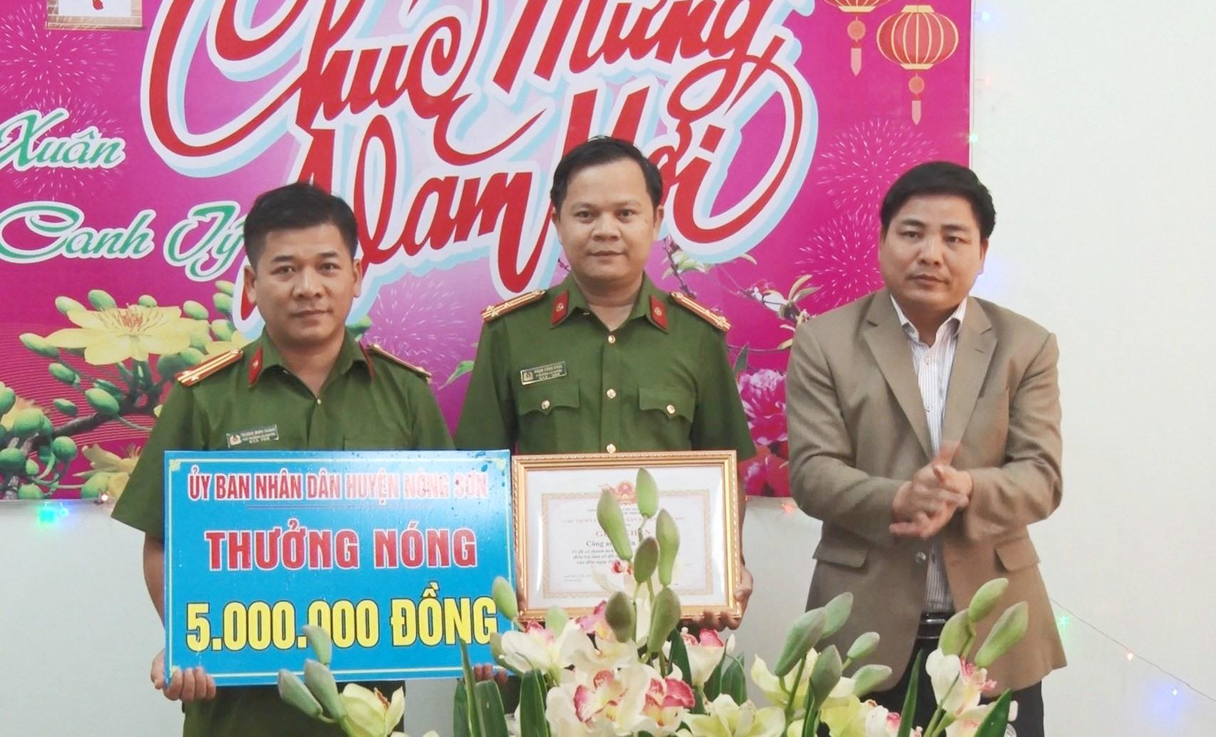 Chủ tịch UBND huyện Nông Sơn đến khen thưởng nóng tập thể Công an huyện