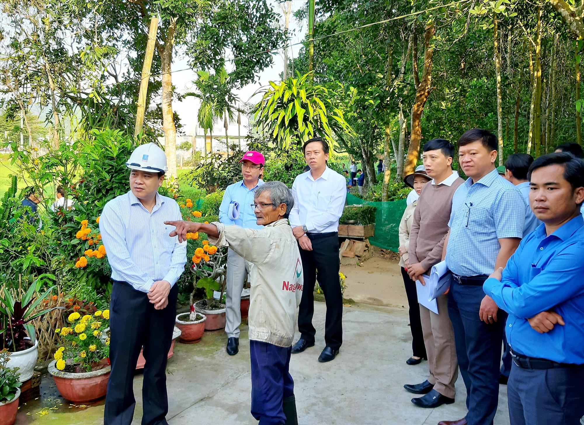 Phó Chủ tịch UBND tỉnh Trần Văn Tân khảo sát vị trí xây dựng mới Trường THPT Trần Đại Nghĩa. Ảnh: VĂN SỰ