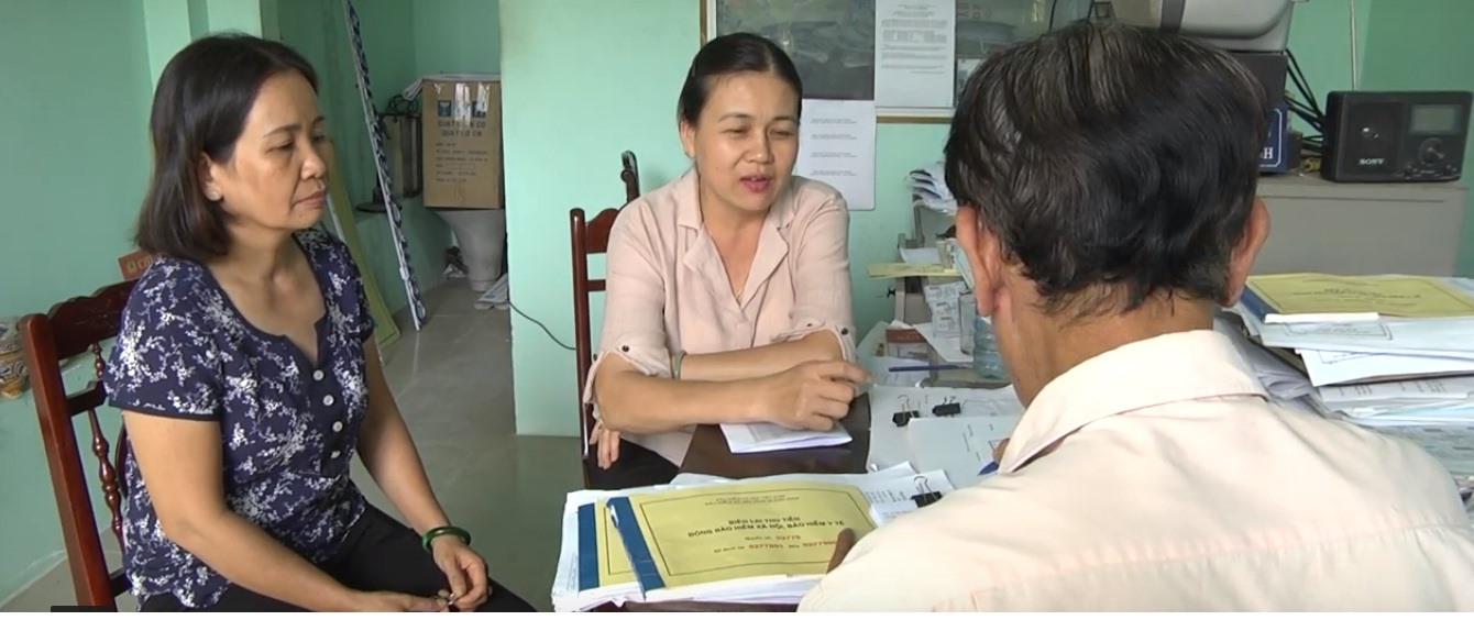 Người dân phường Cẩm Châu được tư vấn cặn kẽ khi mua BHYT. Ảnh: MINH ANH