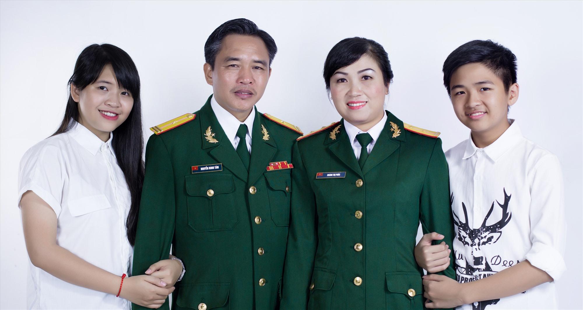 Nguyễn Minh Trang (bìa trái) và gia đình. Ảnh: N.D