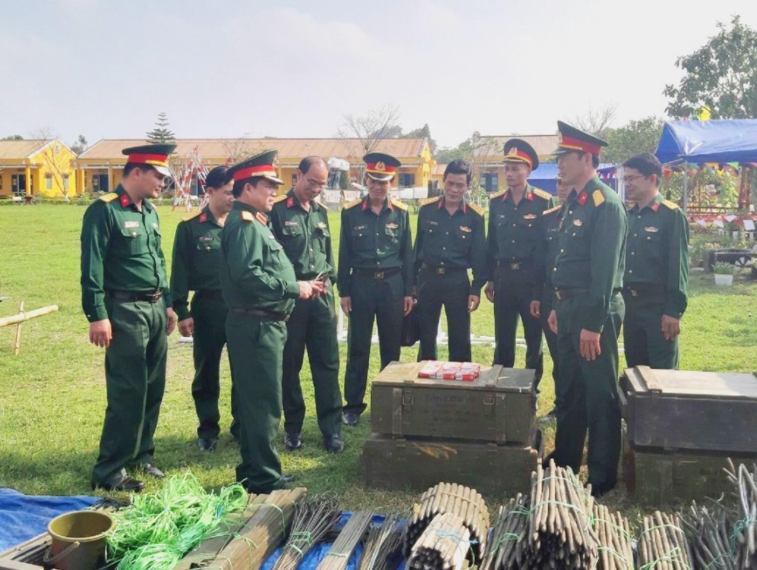 Trung tướng Trịnh Đình Thạch - Chính ủy Quân khu 5 kiểm tra mô hình học cụ của Trung đoàn 143 Sư đoàn 315 Quân khu 5. Ảnh: NGỌC DIỆP