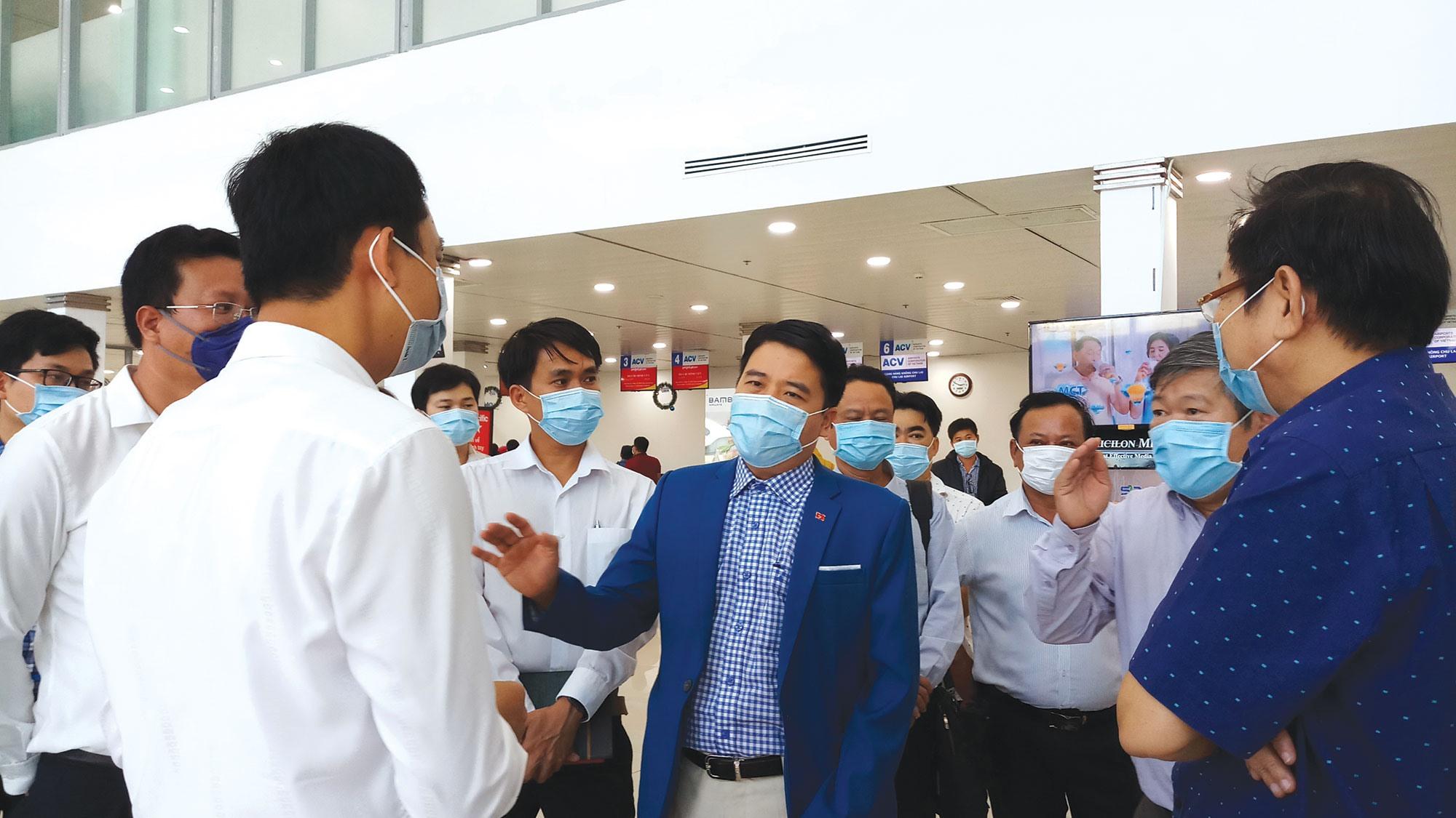 Lãnh đạo tỉnh khảo sát công tác phòng chống dịch tại khu vực sân bay Chu Lai - Núi Thành vào chiều ngày 6.2.2020. Ảnh: ALĂNG NGƯỚC