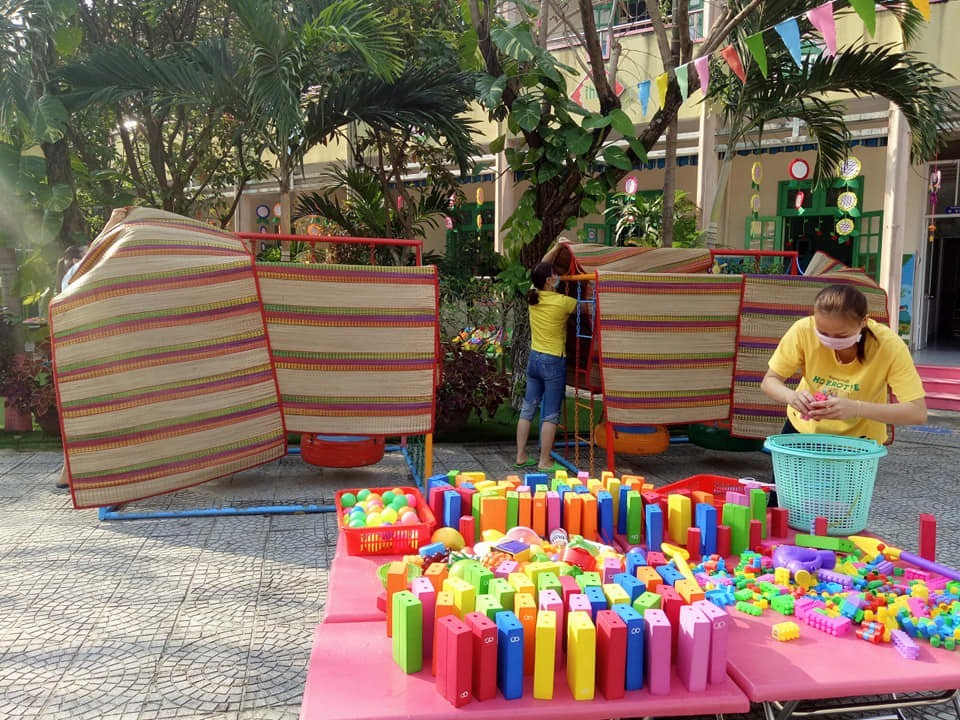 Giáo viên trường Mẫu giáo Hương Sen (Tam Kỳ) vệ sinh đồ dùng, đồ chơi, dụng cụ học tập của trẻ trong thời gian học sinh nghỉ học. Ảnh: H.N