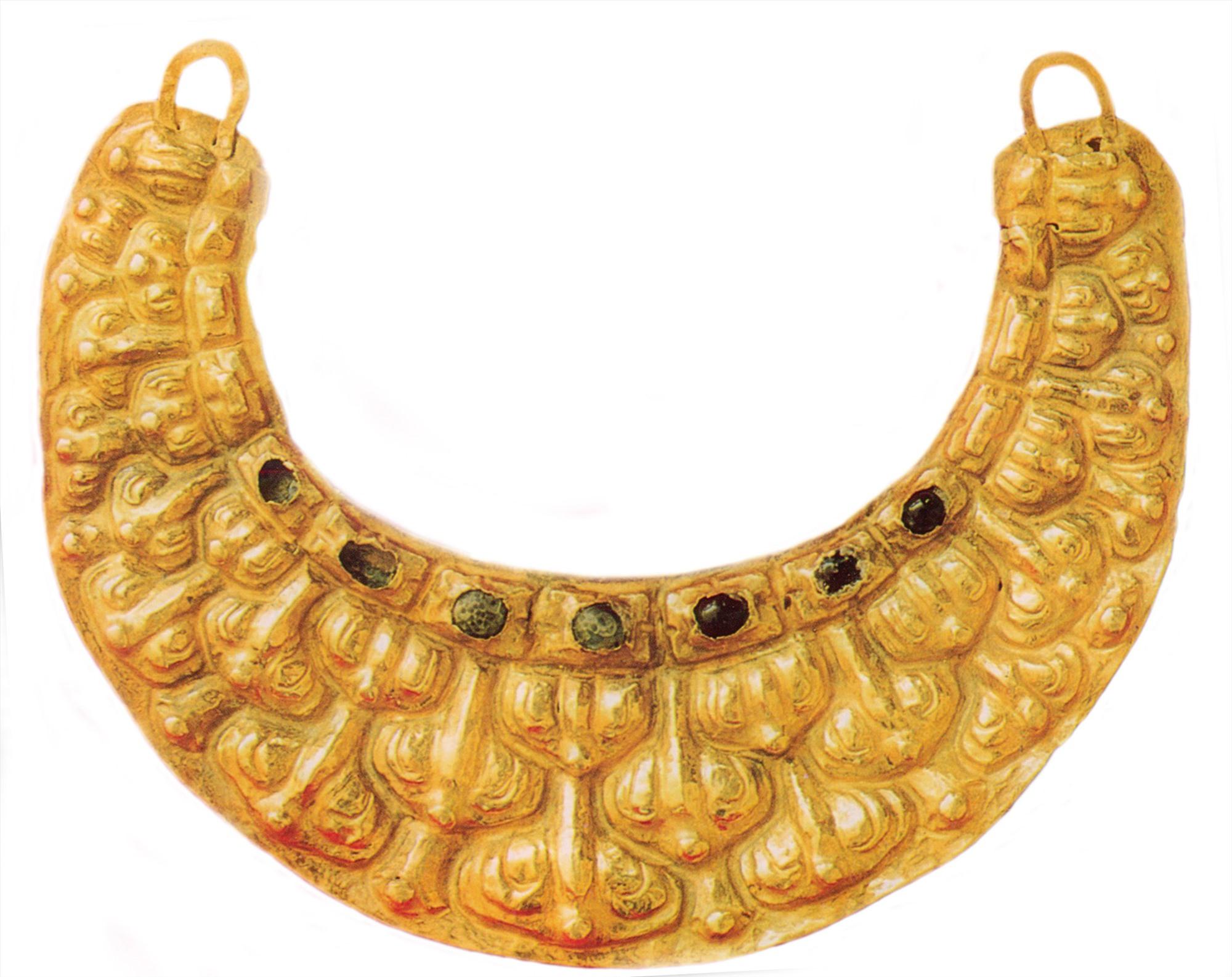 Dải yếm cổ bằng vàng.